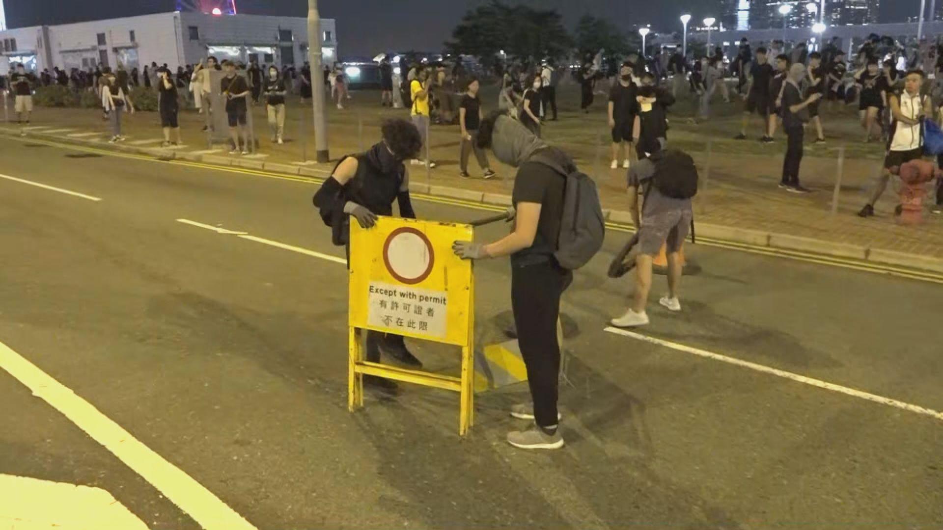 示威者堵塞夏慤道及龍和道