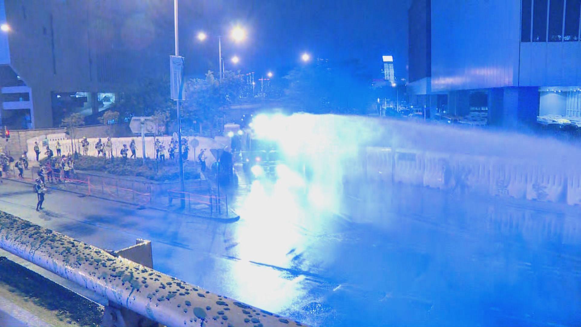 示威者於夏慤道堵路 警方出動水炮車驅散