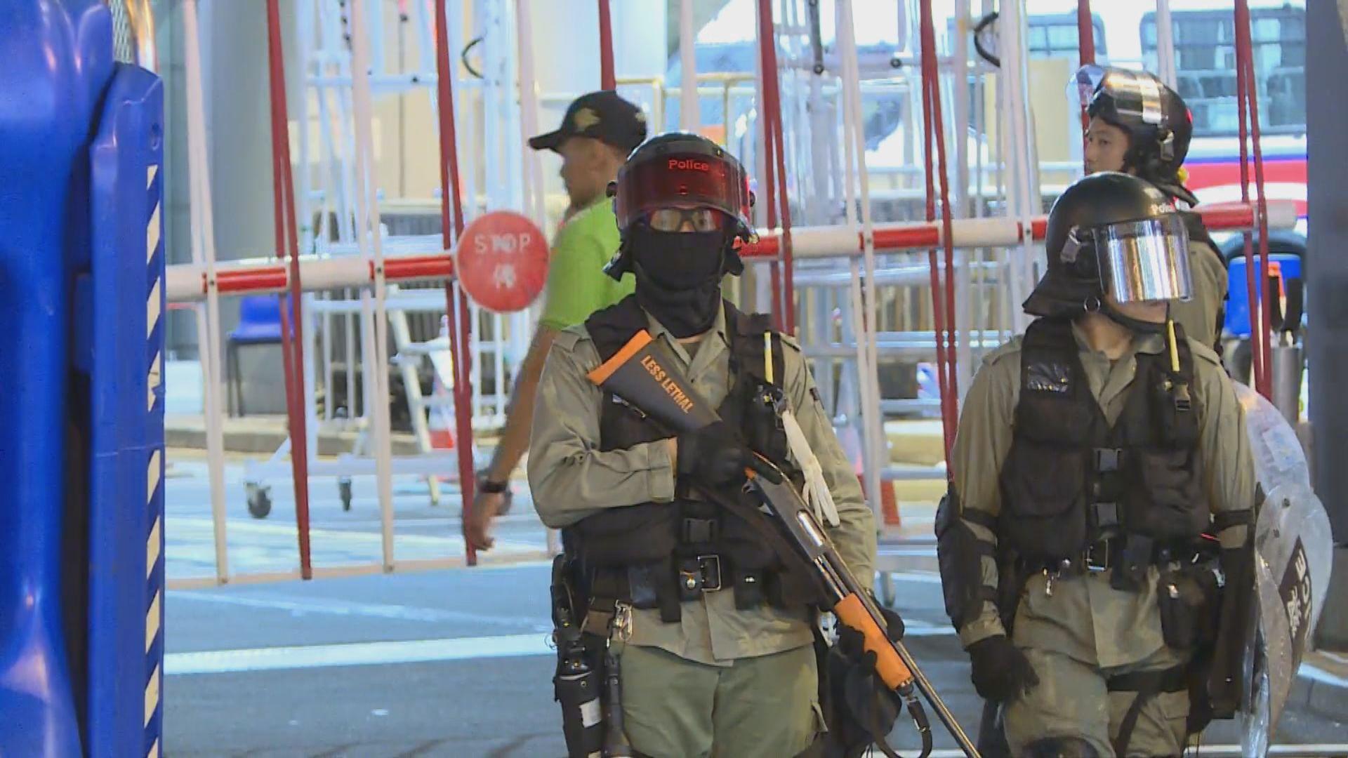 示威者撤往灣仔中環 警總有防暴警持槍戒備