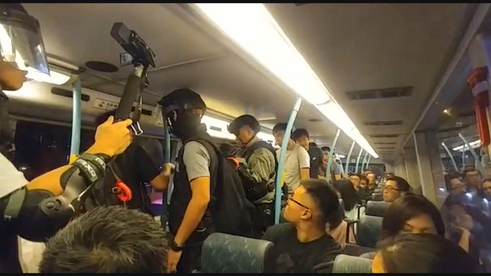 警方晚上港九截停多輛巴士搜查市民