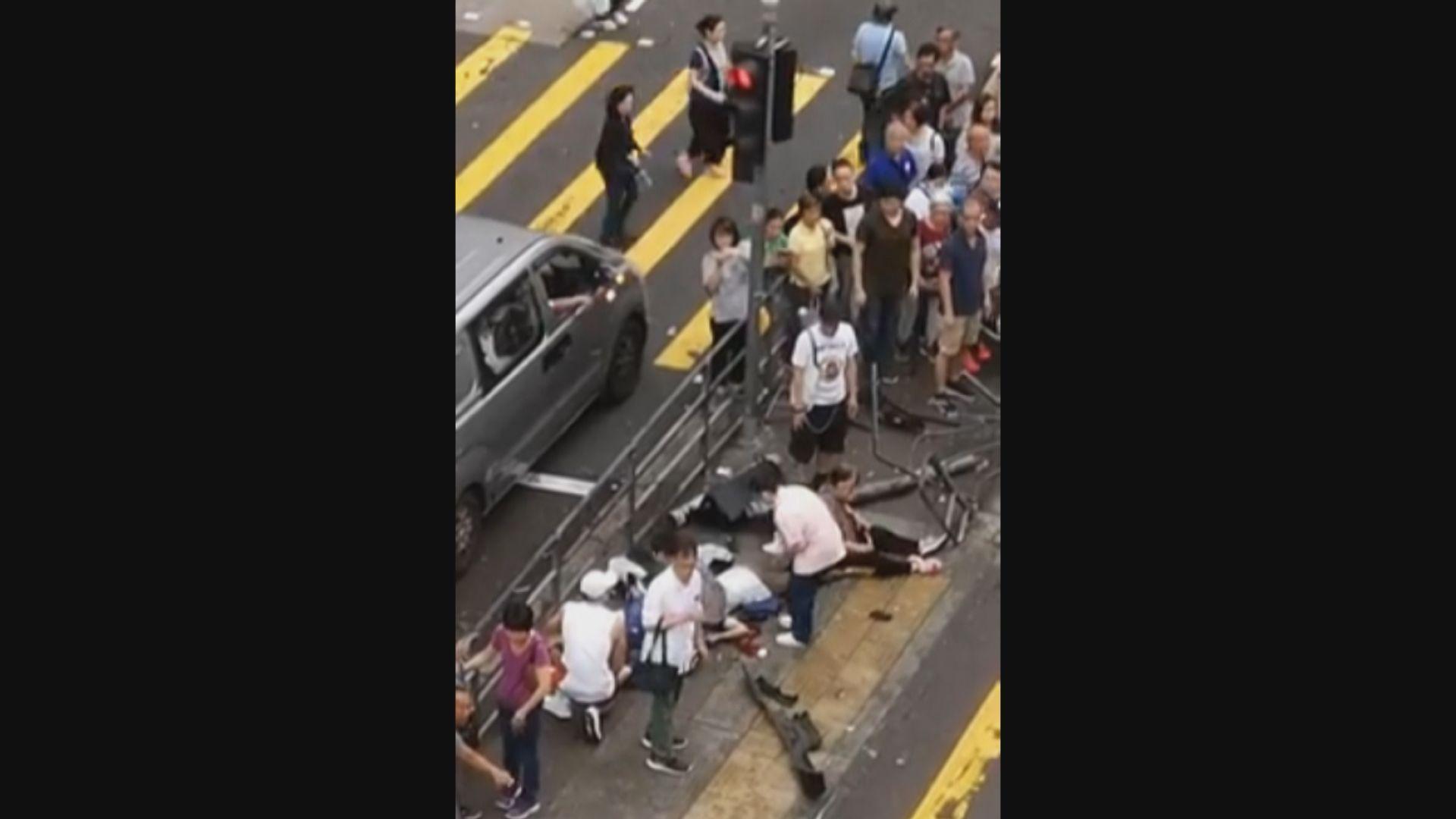 香港仔大道的士剷上行人路增至11人傷