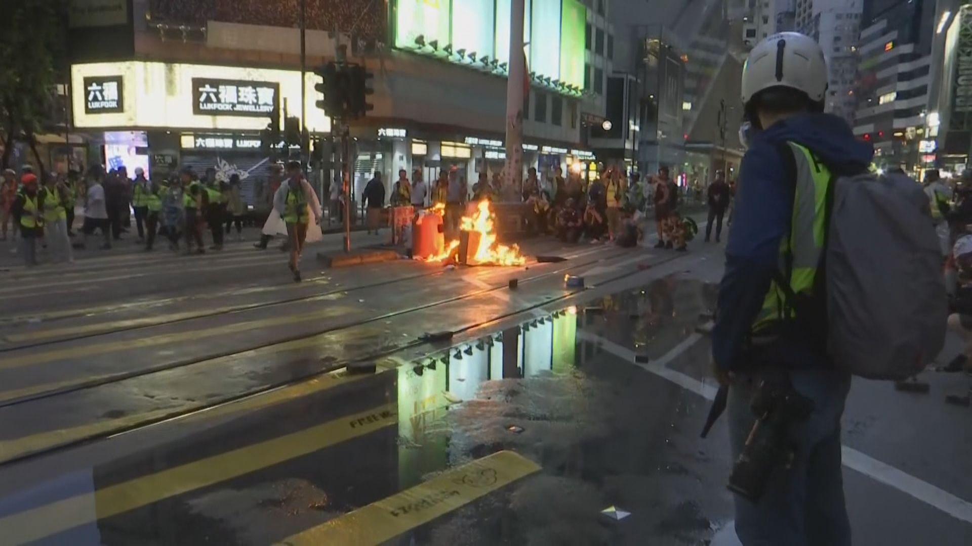 金鐘灣仔示威者堵路縱火 警放催淚彈多人被捕