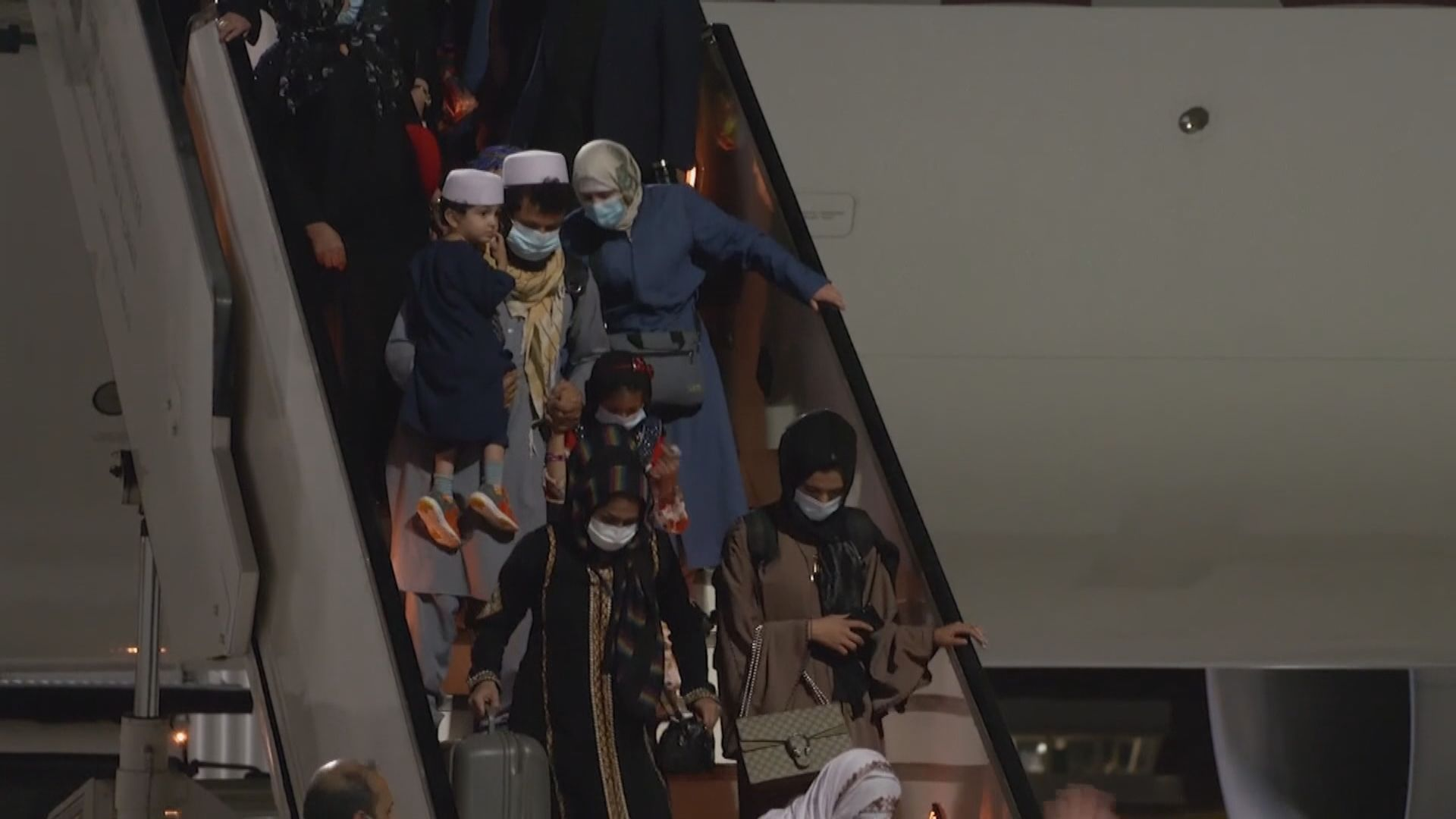 喀布爾機場有第二班航班抵達多哈