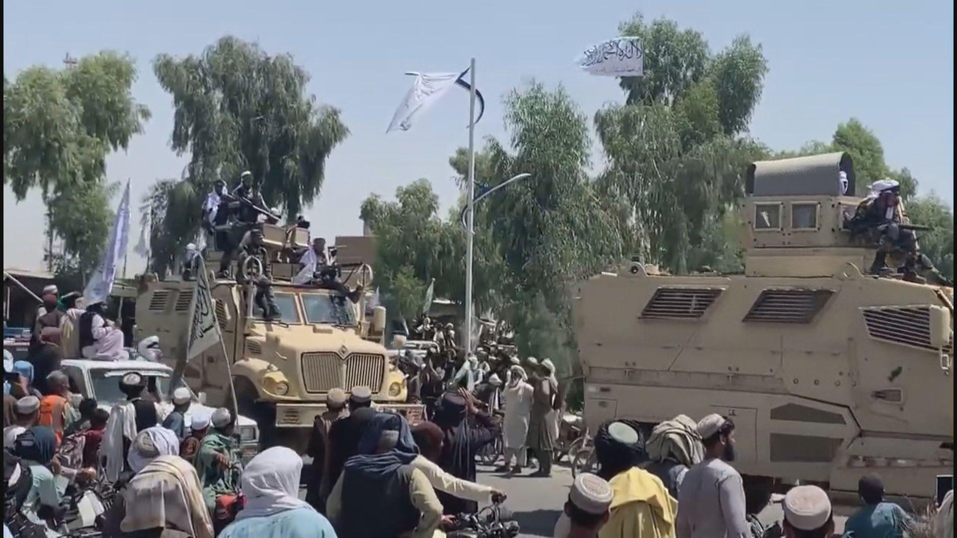 塔利班在坎大哈「閱兵」展示美軍軍備
