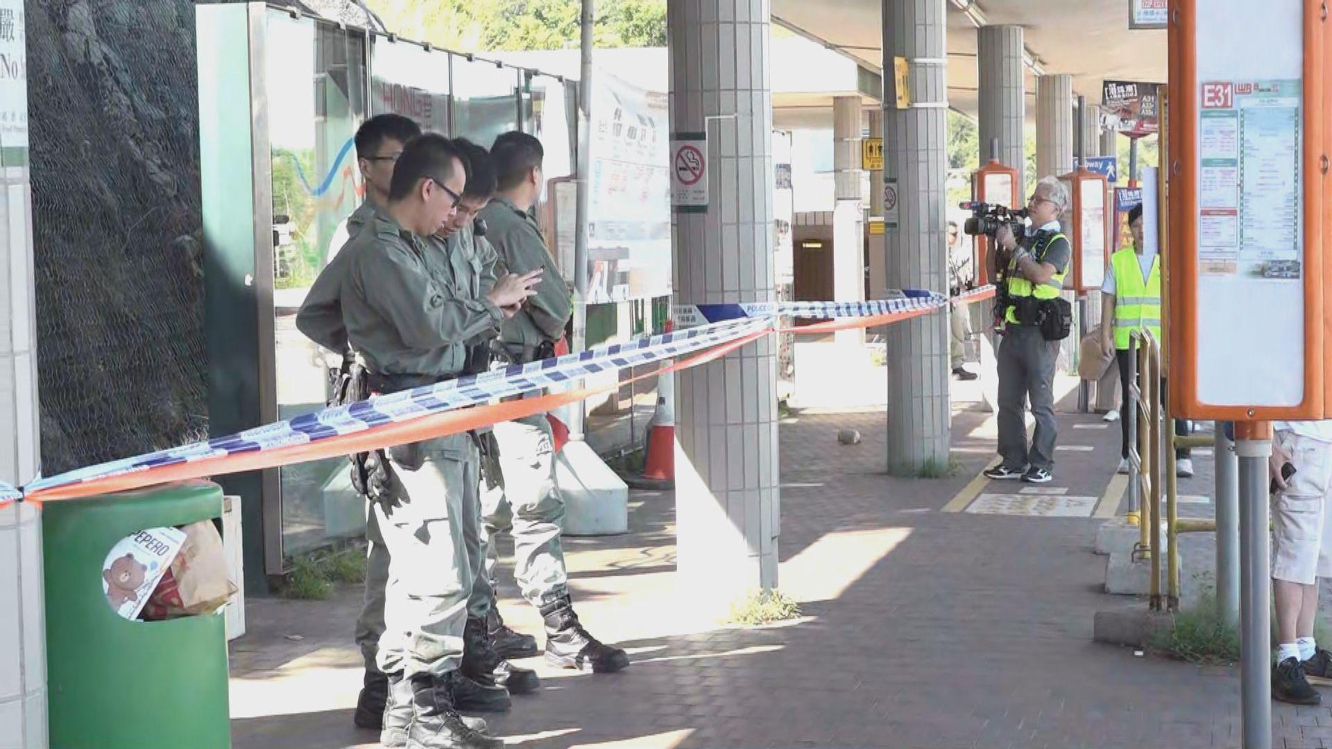 警方在青嶼幹線收費廣場巴士站旁拉起封鎖線