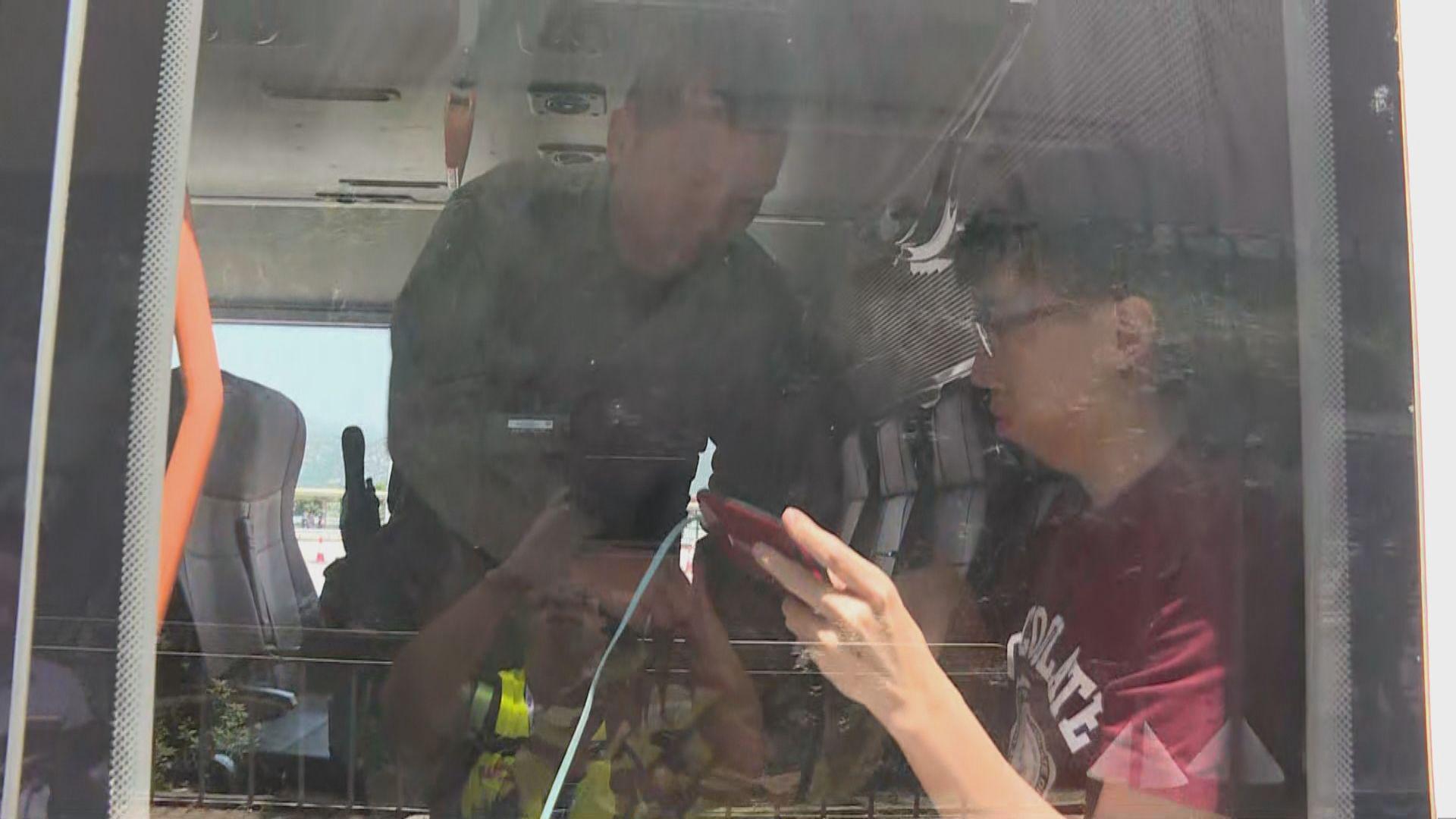 大批防暴警察青馬收費廣場登上巴士搜查乘客