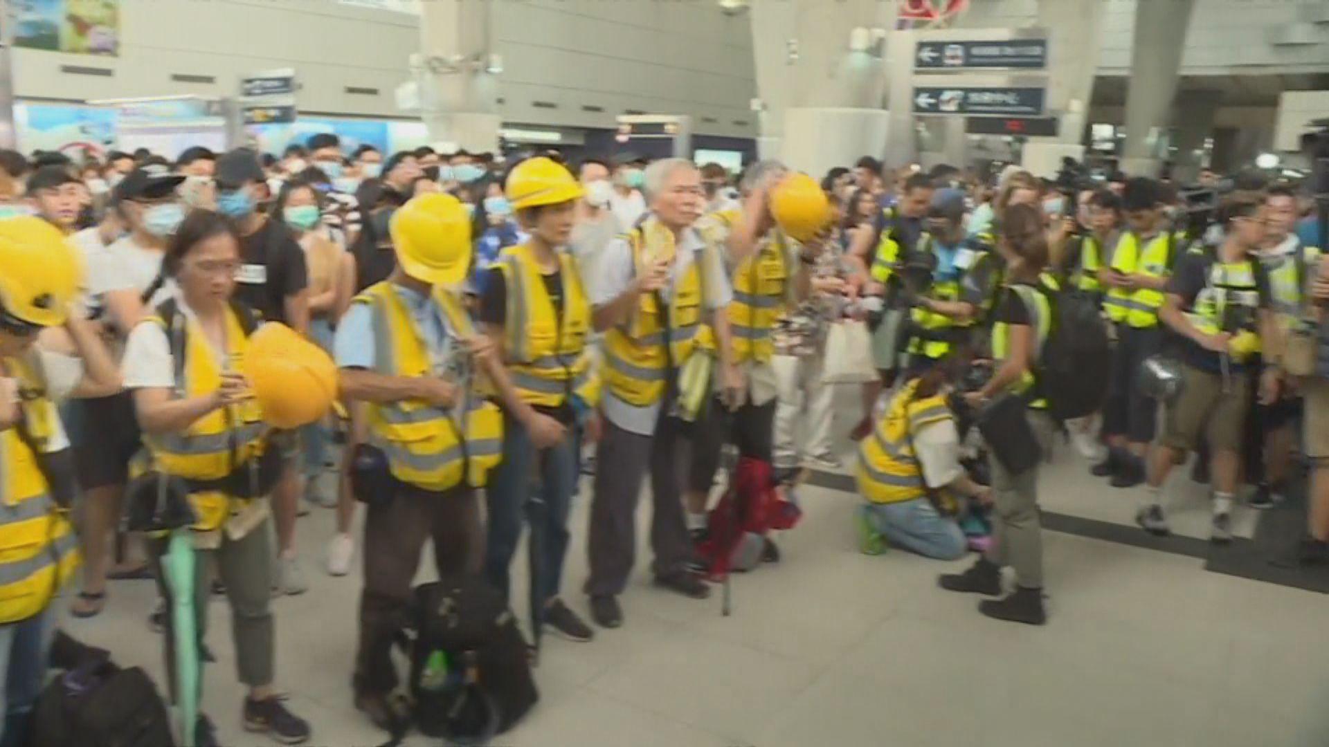港鐵東涌站有人聚集 防暴警察戒備