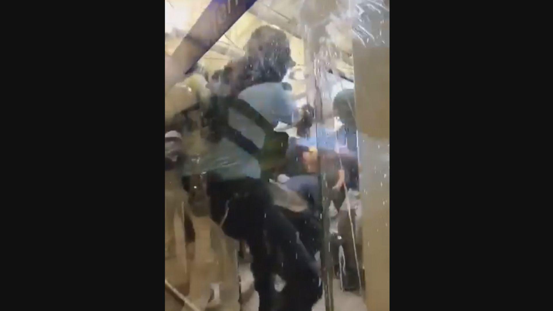 警員在機場制服示威者時拔槍示警