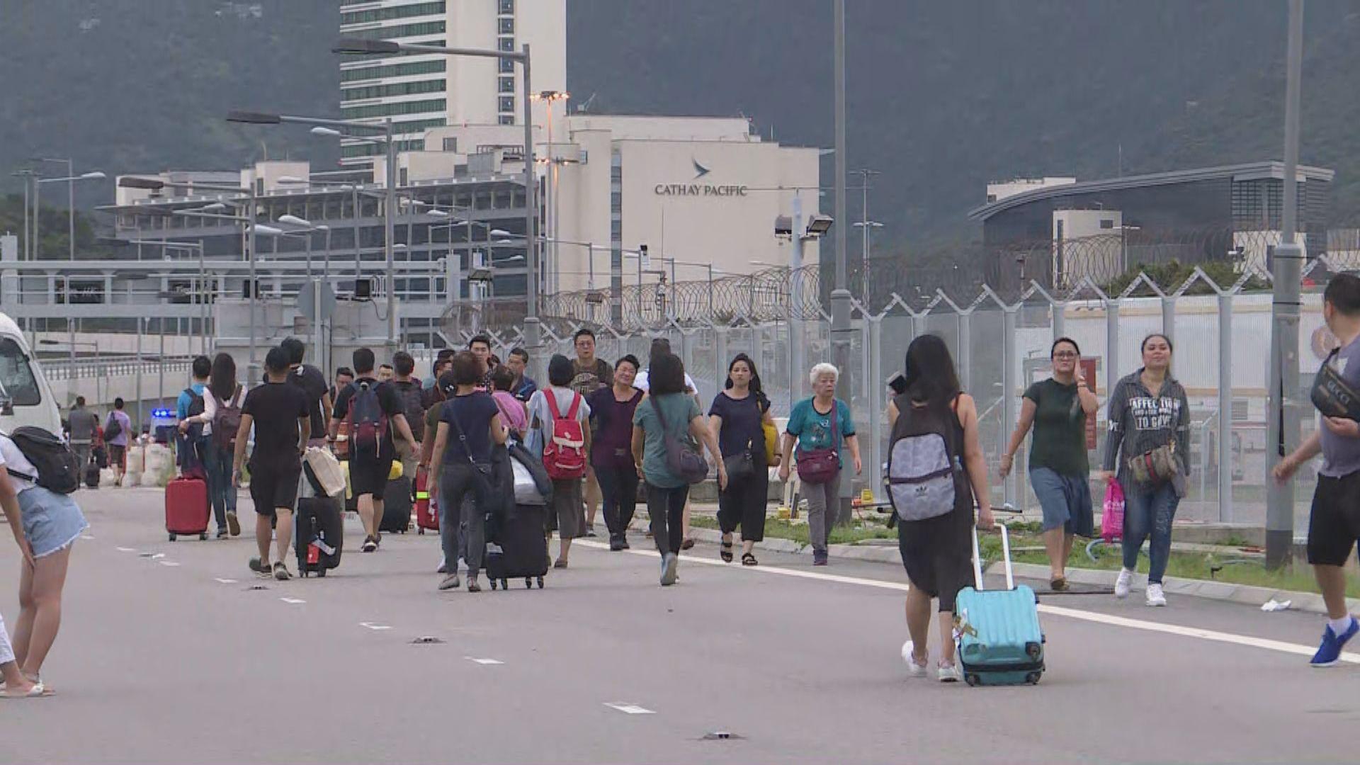 機場陸路交通幾近癱瘓 旅客東涌步行到機場