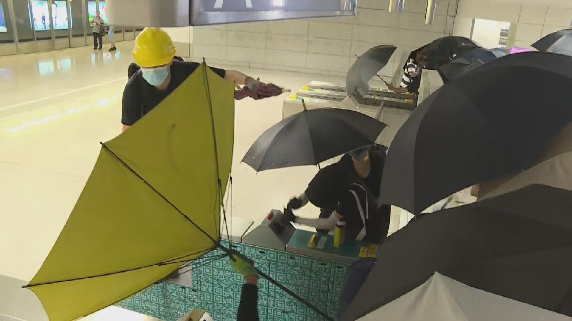 有示威者破壞青衣站設施後前往東涌