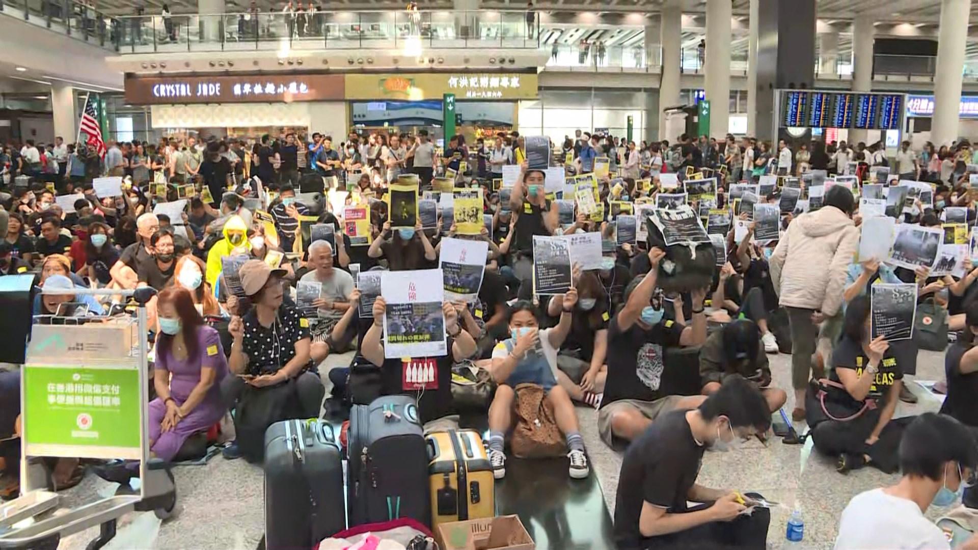 機場反修例集會   幾百人在接機大堂靜坐
