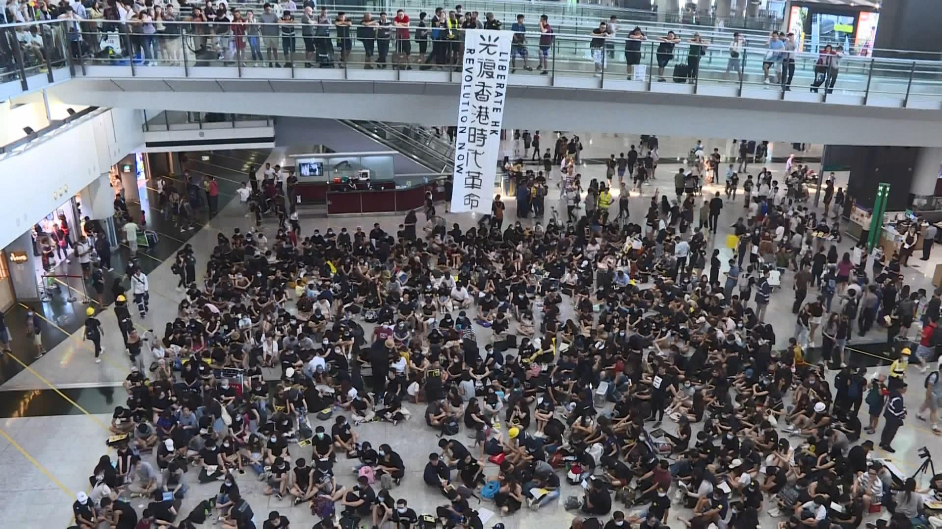 機場反修例集會 約千人坐滿兩邊接機大堂