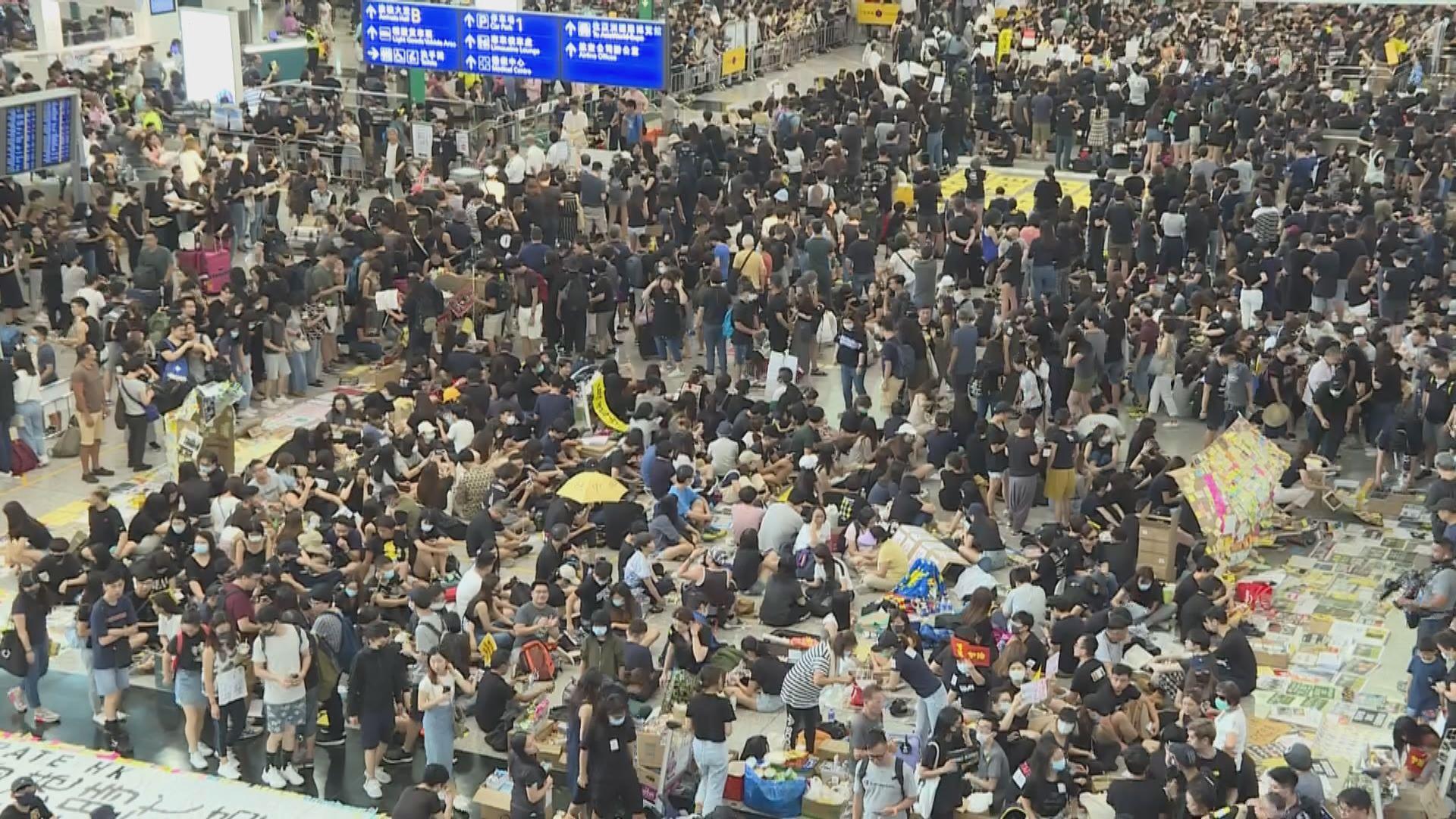 網民第二日在機場集會 坐滿抵港大堂