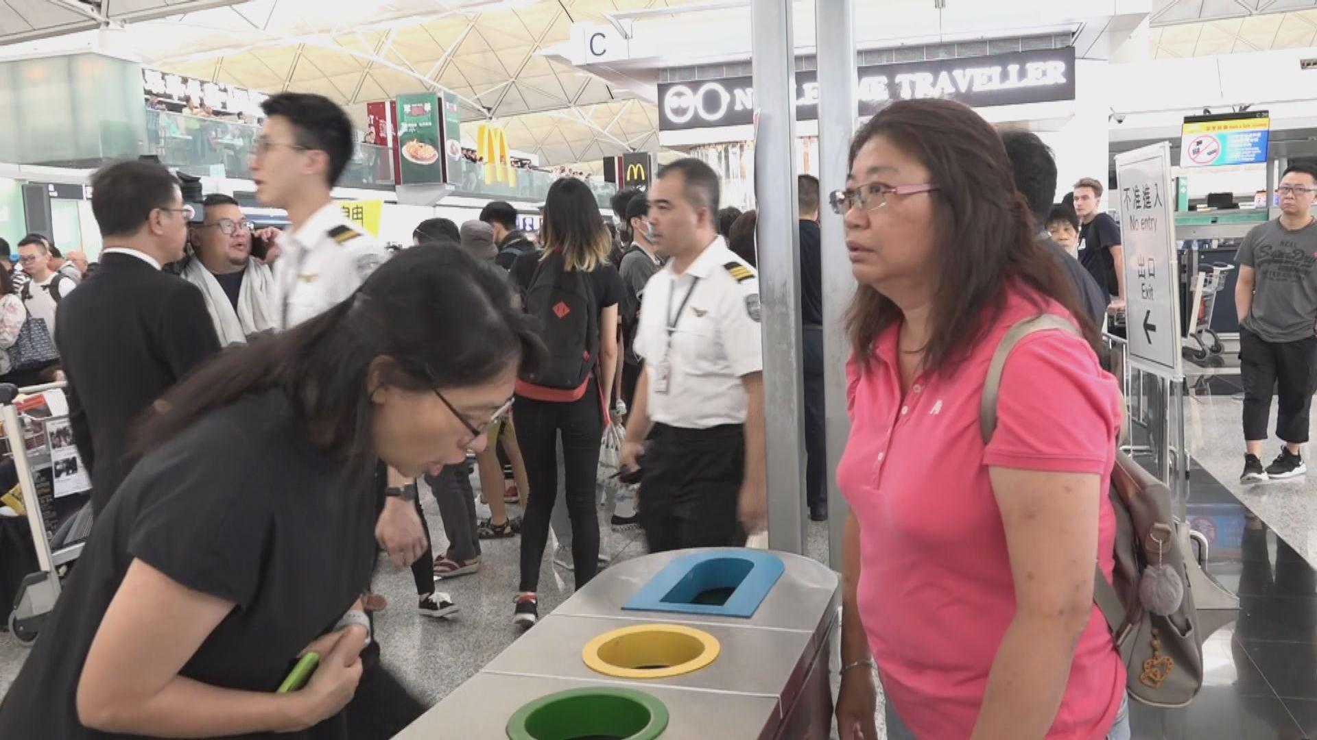 有旅客不滿機場禁區通道受阻與集會人士爭拗