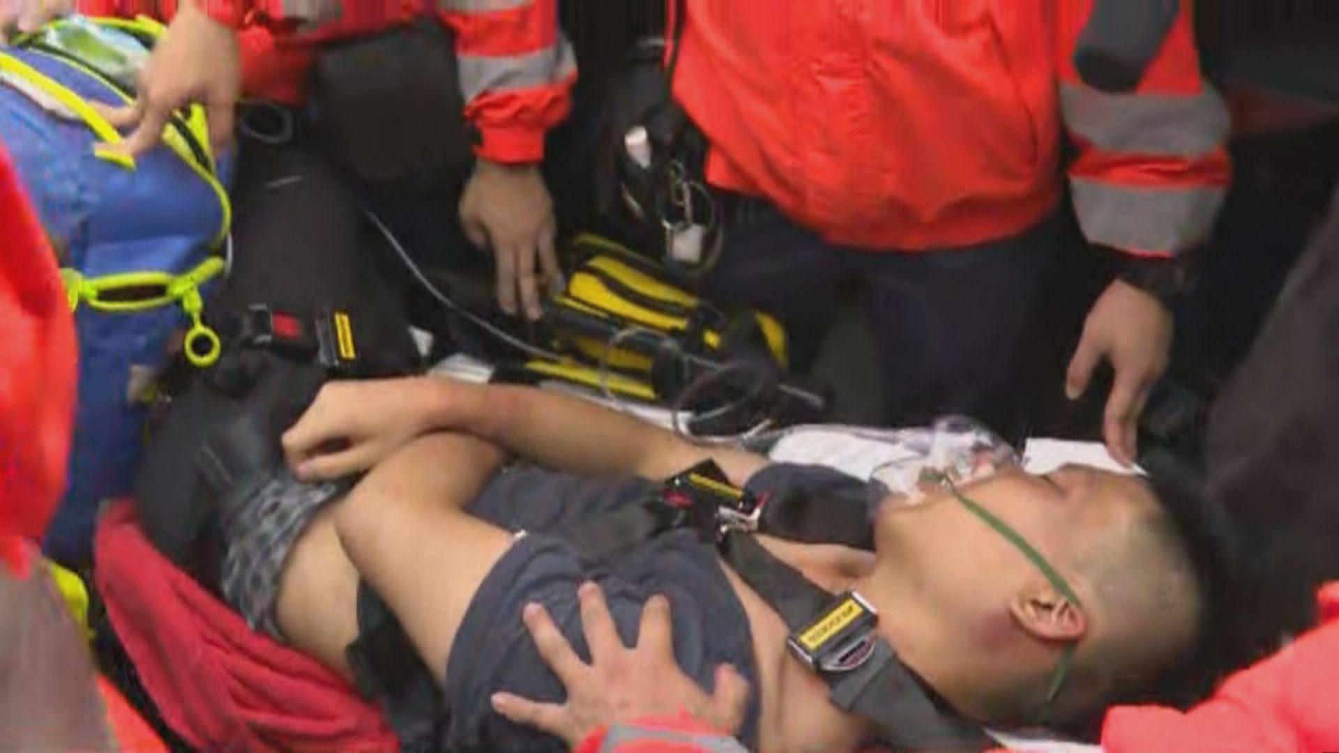 機場被包圍內地男子在警方協助下送院