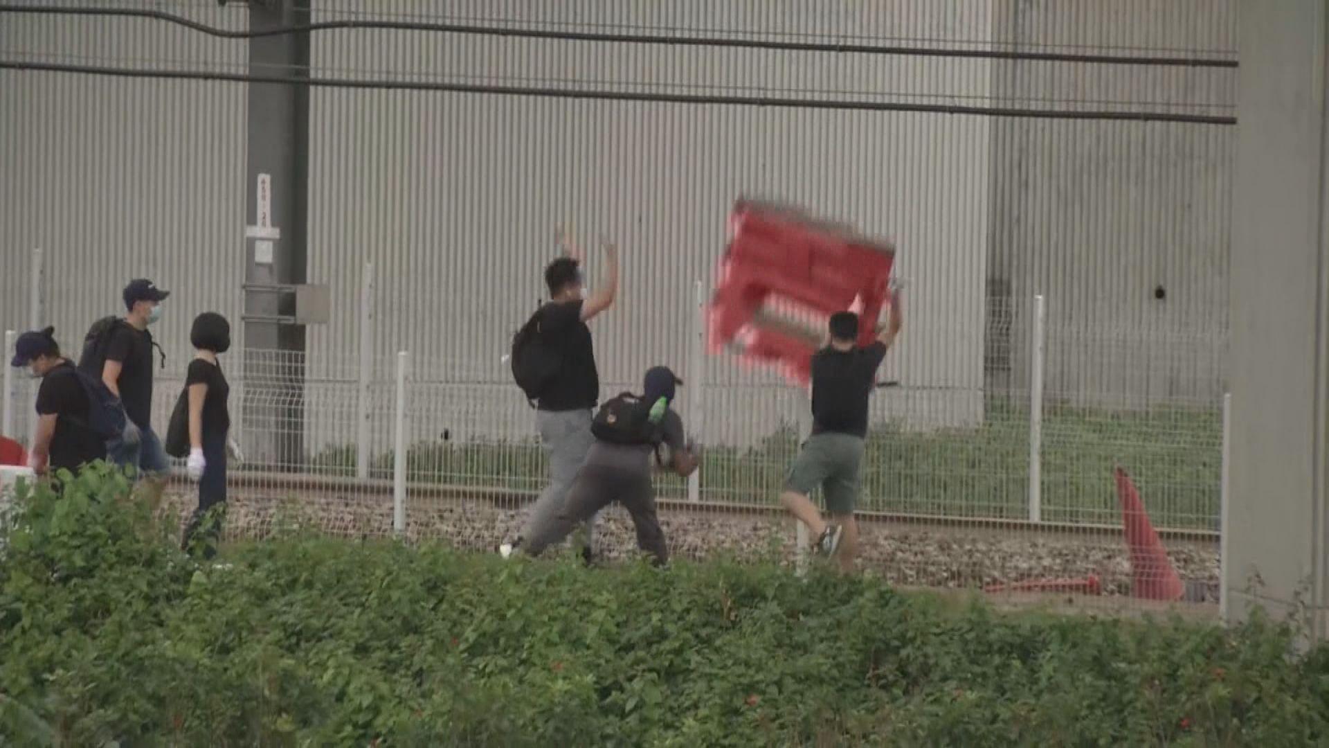 示威者一度向機鐵路軌投雜物 機鐵停駛
