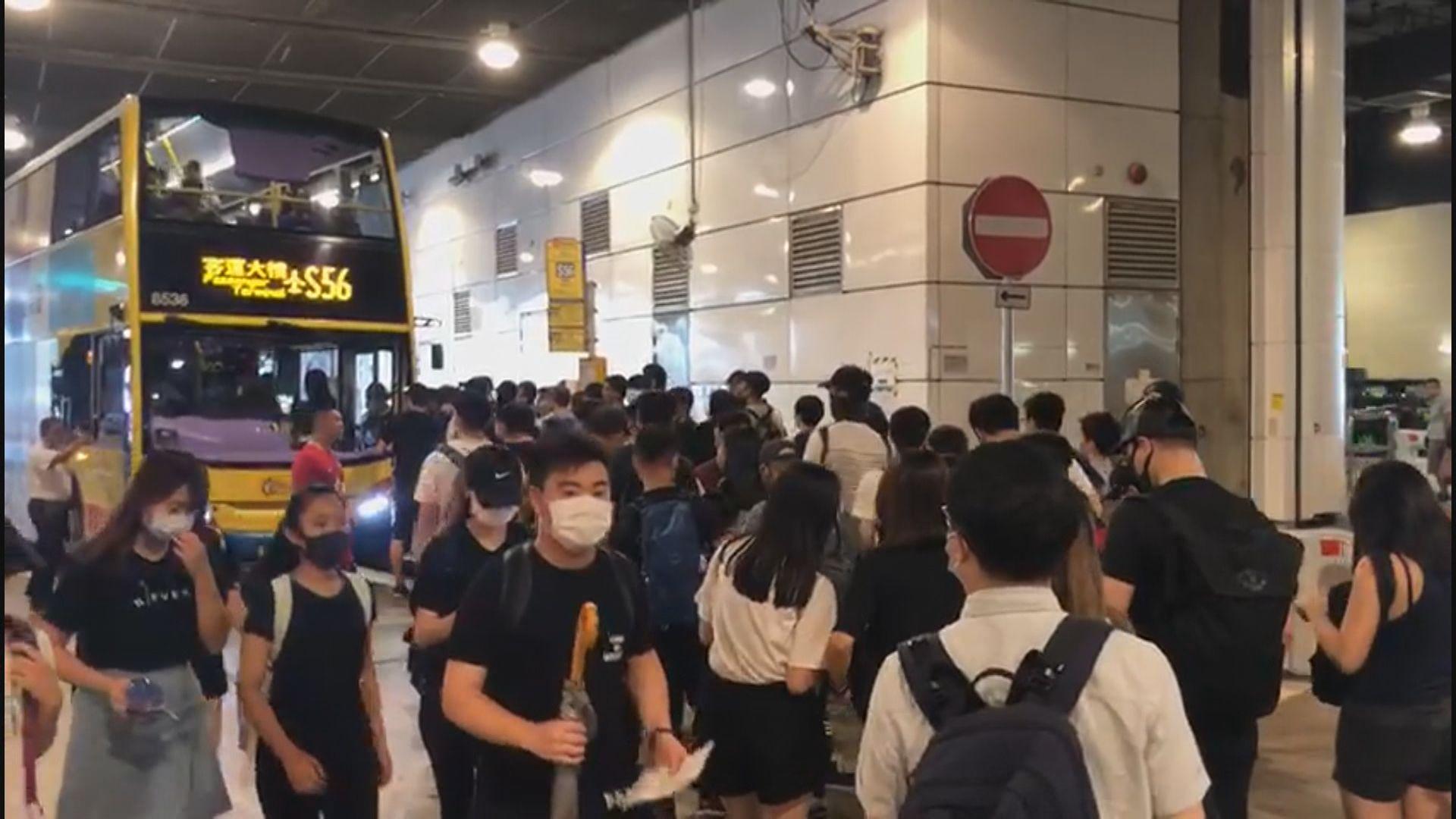 示威者聚集東涌站 S1巴士停駛