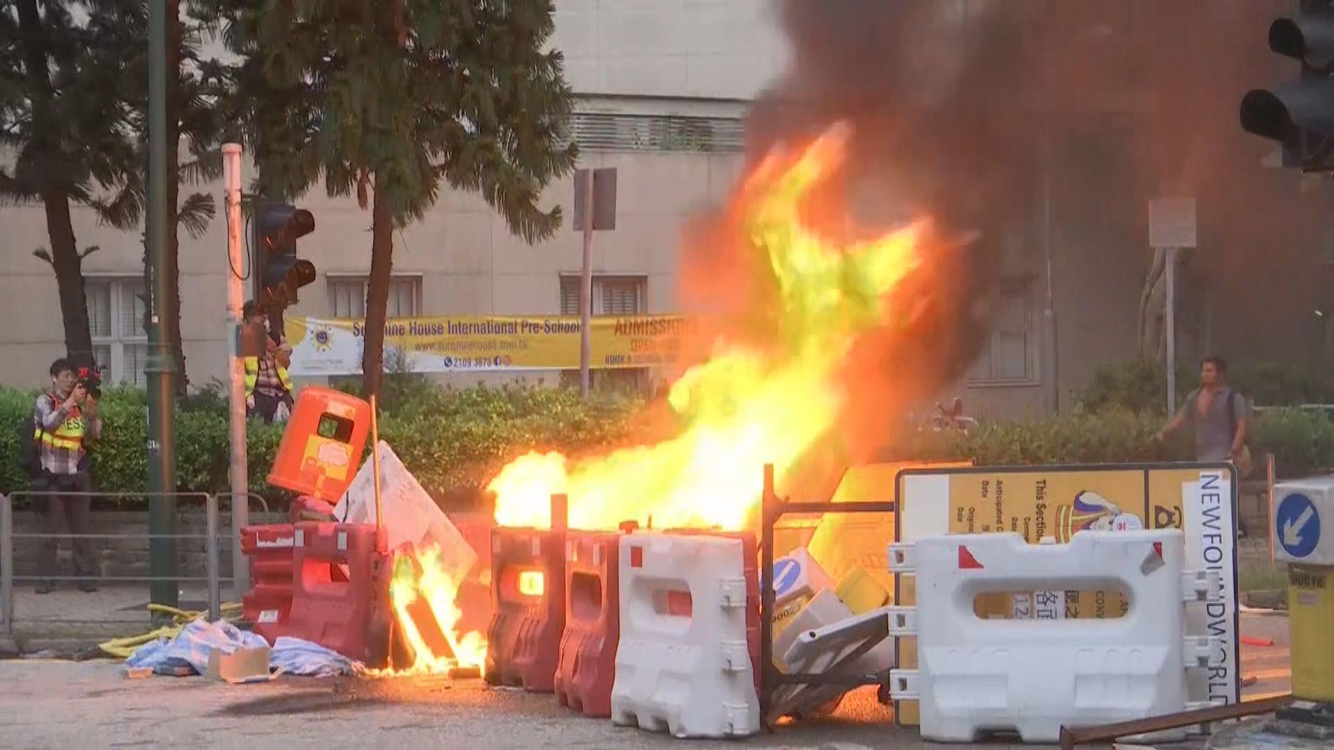 示威者在東涌縱火及焚燒國旗