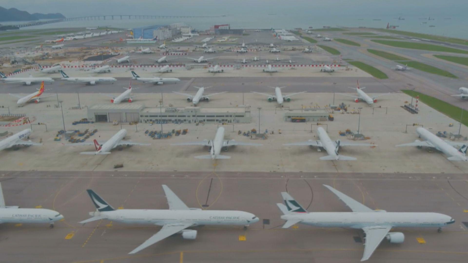 大量飛機停泊香港機場滑行道 採取額外措施應付颱風