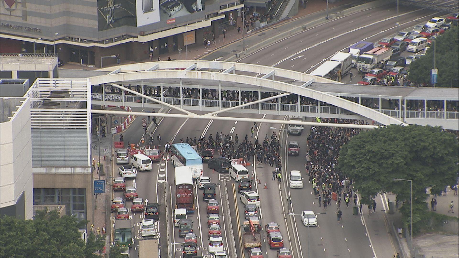 示威者堵塞夏慤道 包圍警總抗議