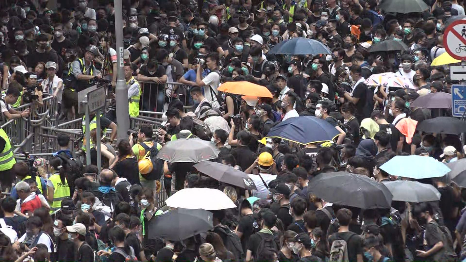 示威者包圍警總要求與盧偉聰對話