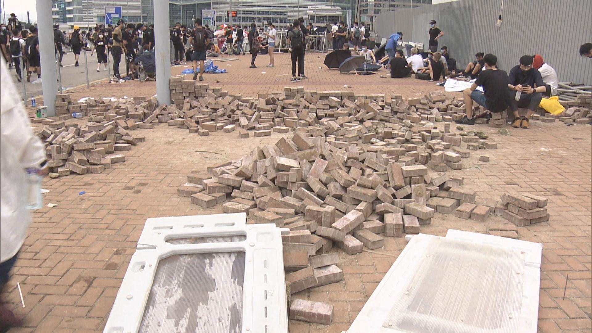 有示威者在立法會附近行人路掘起磚頭