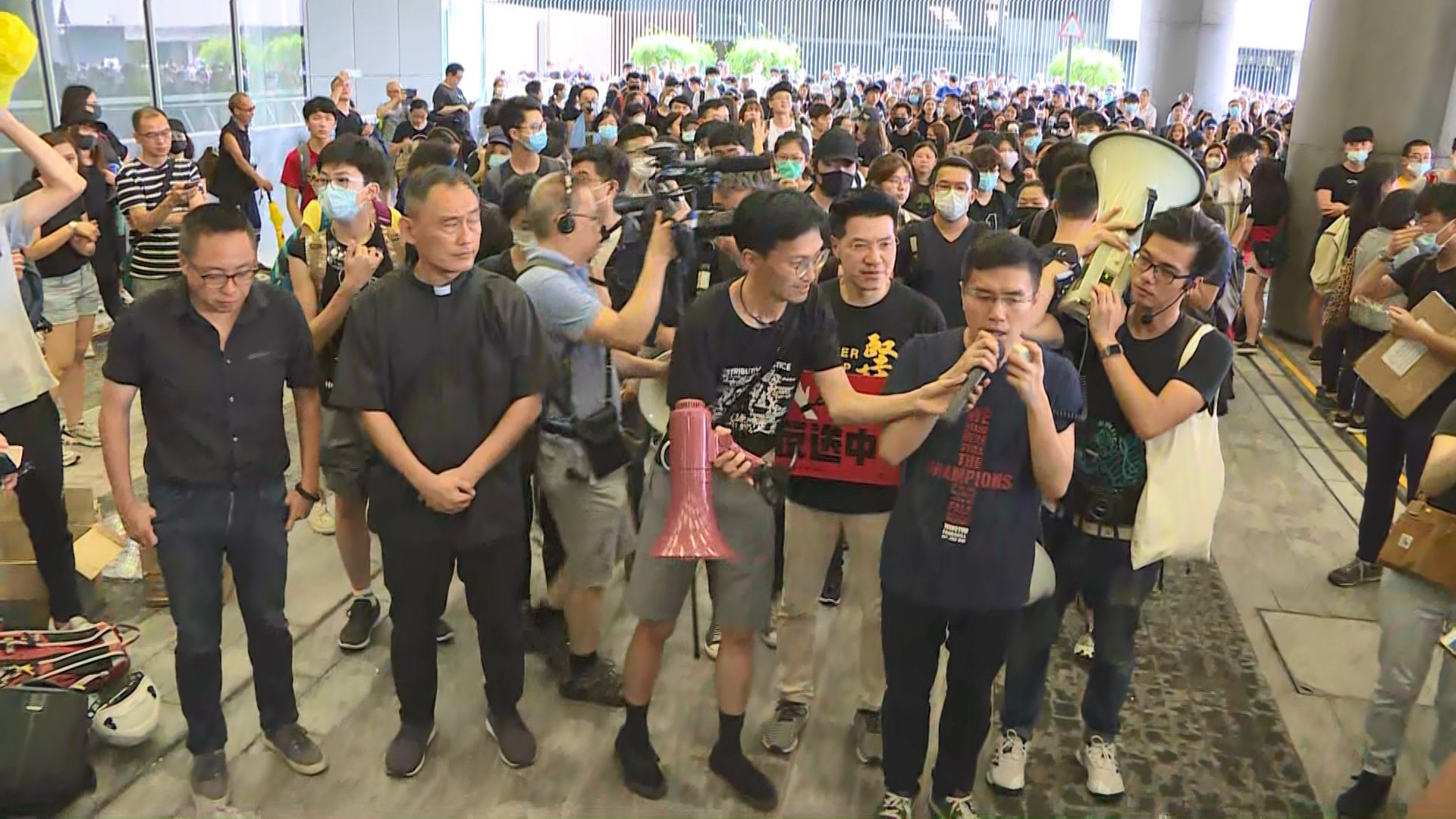 金鐘示威者與民主派議員遊行至特首辦抗議