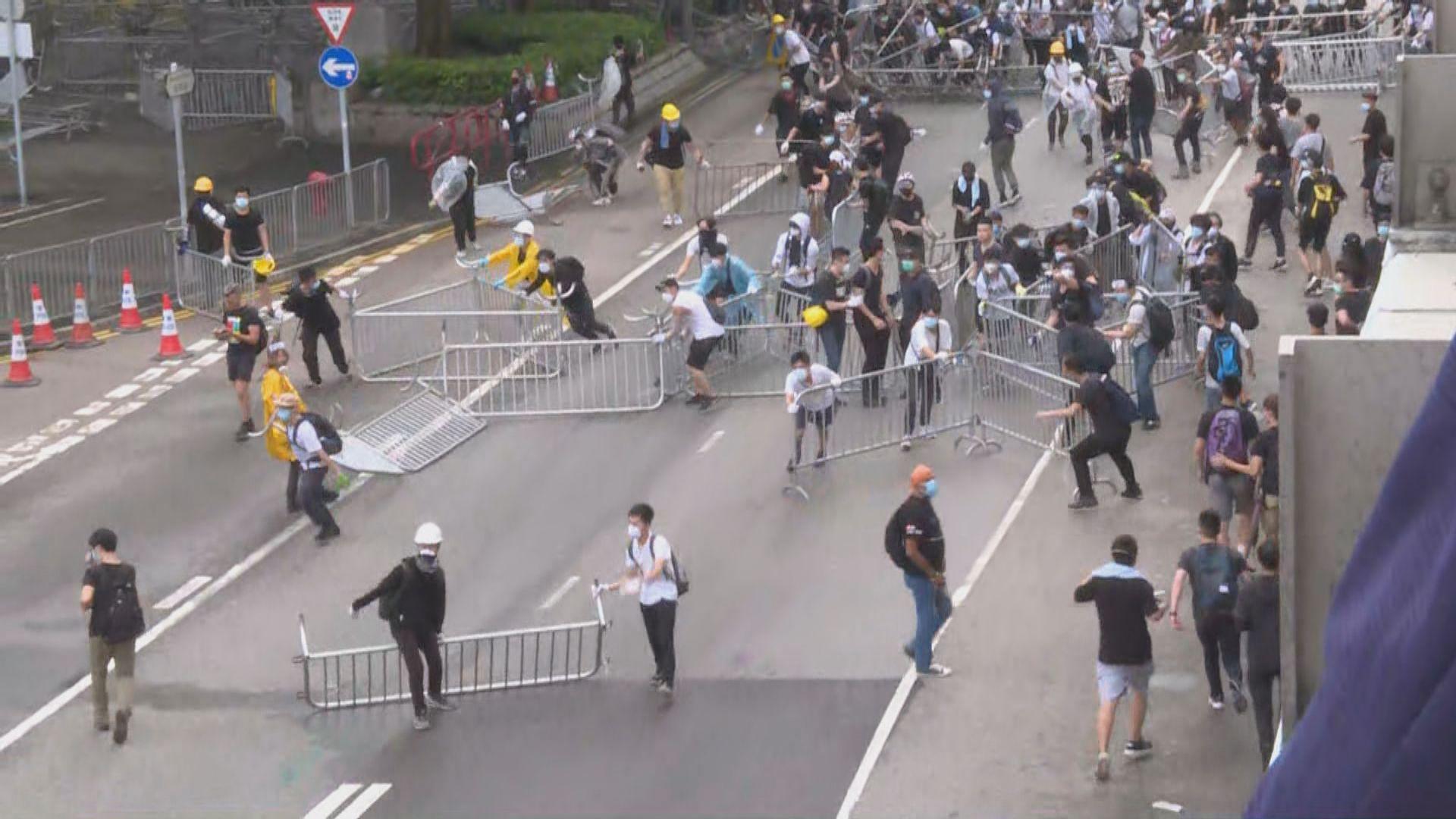 示威者推進至添華道政府總部外