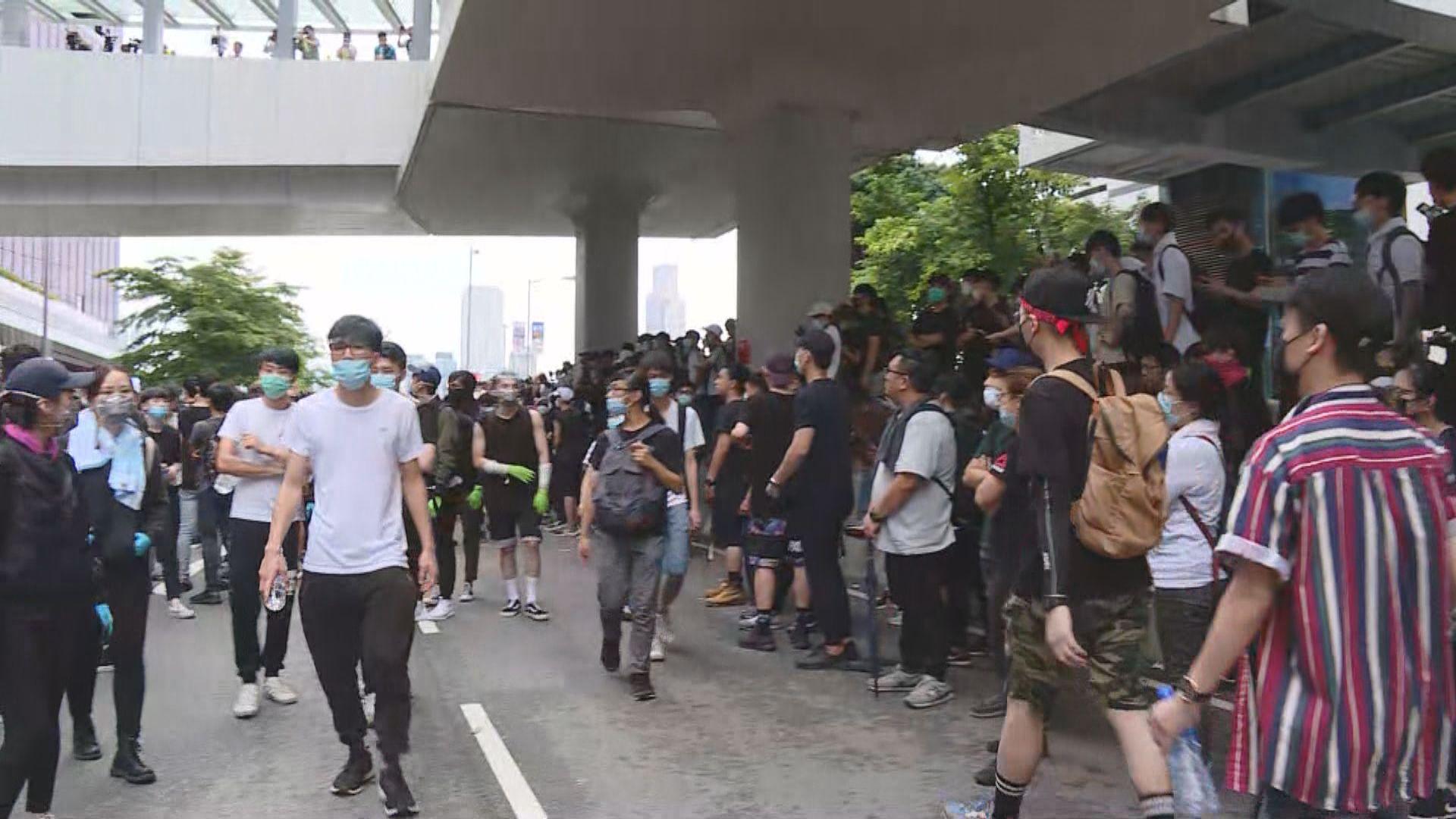 反對修訂逃犯條例市民通宵立法會外聚集