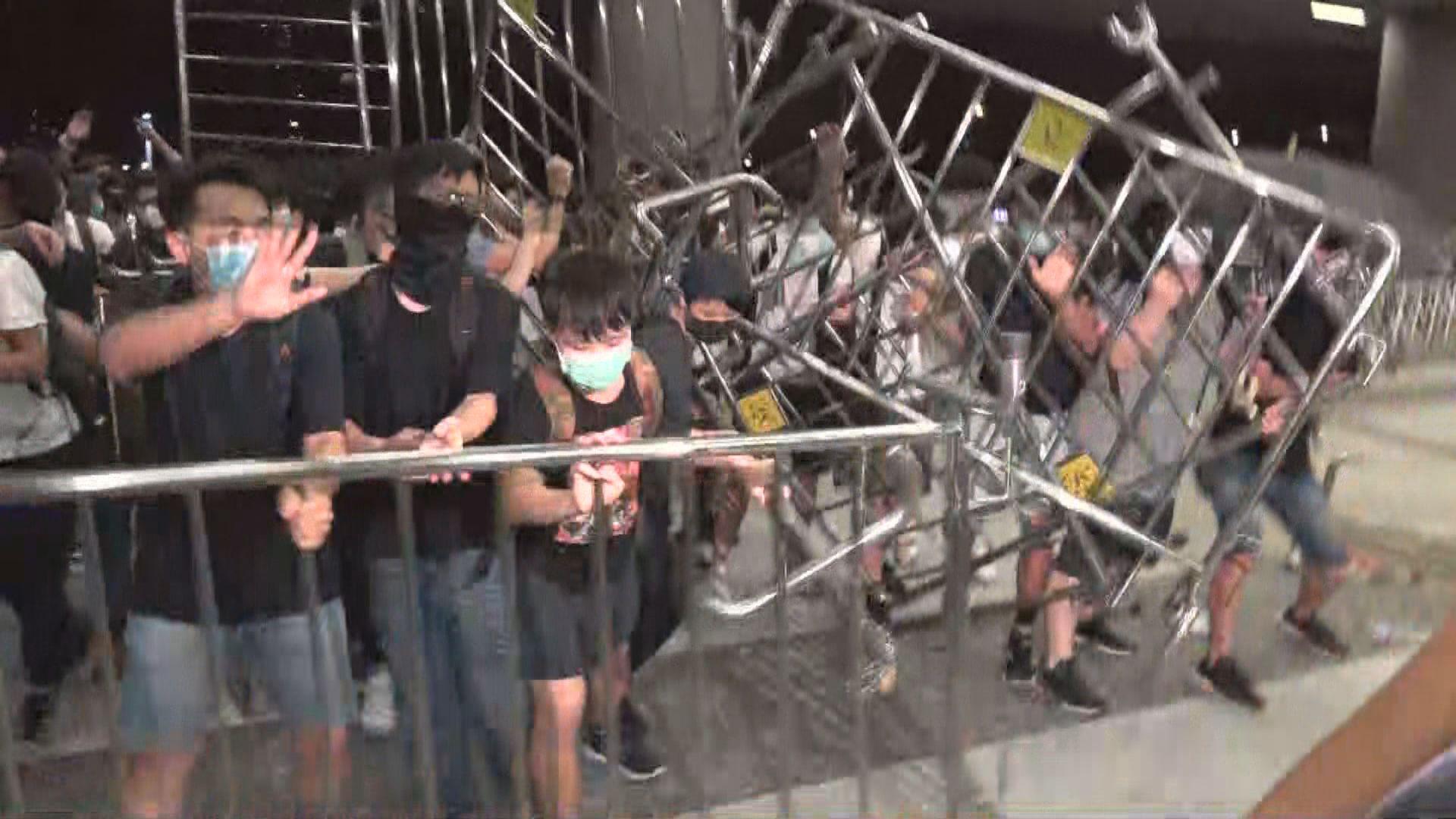 有示威者以鐵馬作擋箭牌試圖衝向立法會