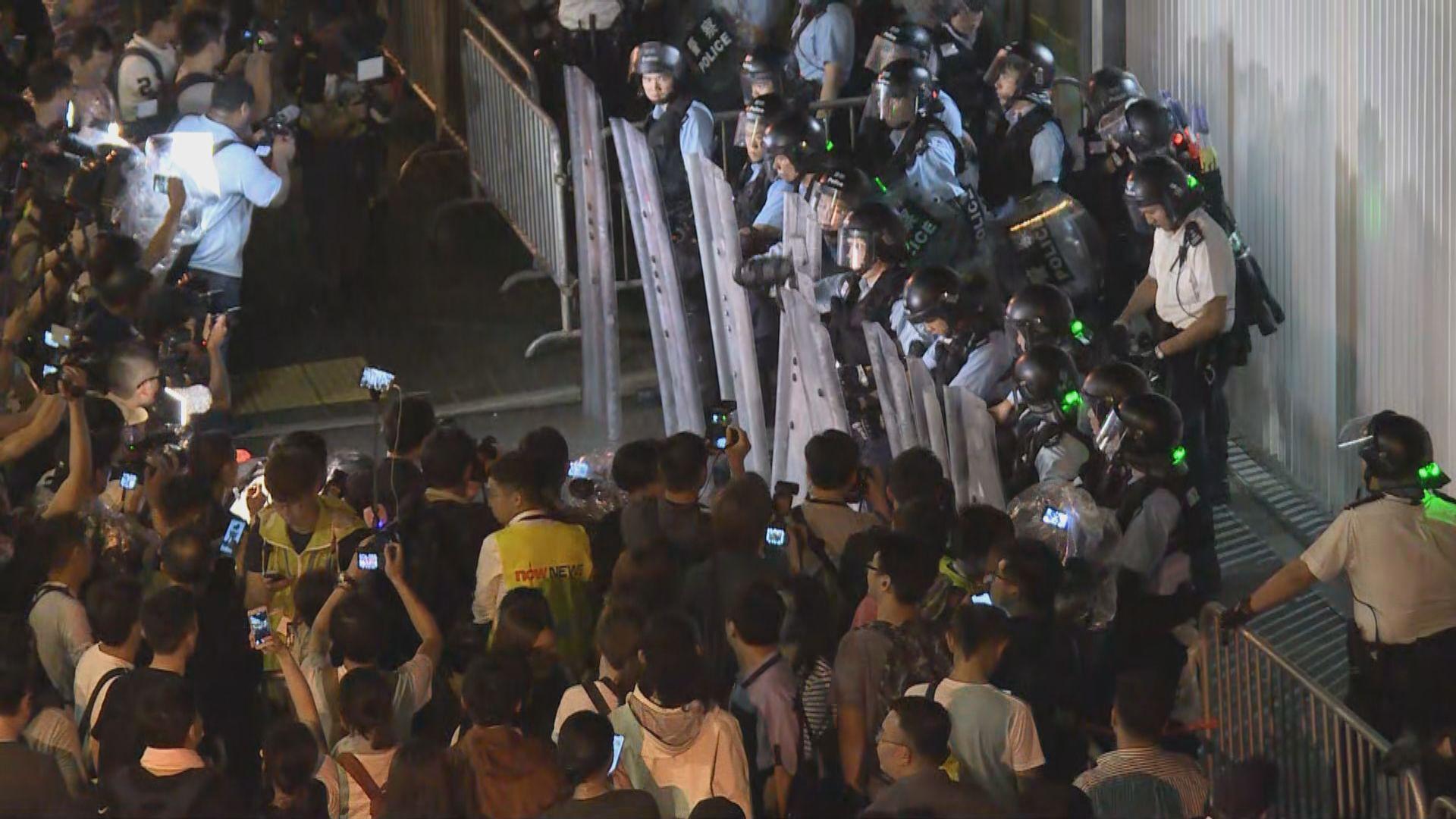立法會發出黃色警示 警員入大樓布防