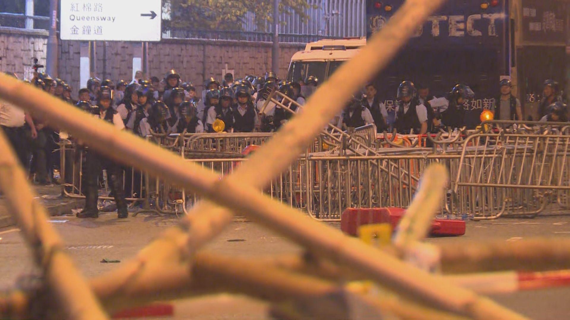 示威者繼續在金鐘及中環堵路