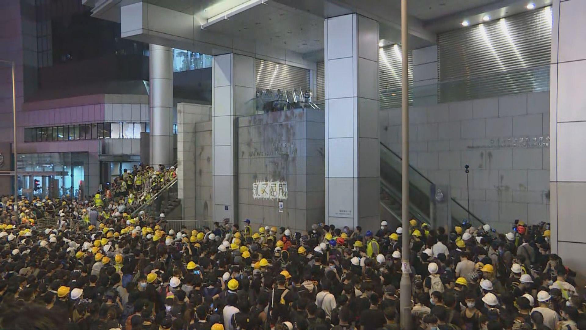 入夜後大批示威者繼續包圍警察總部