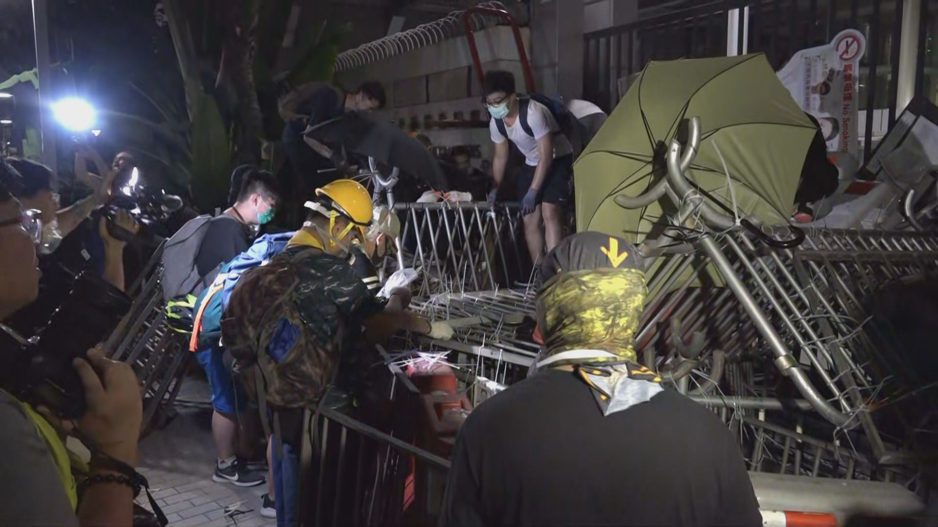 有示威者在警總外牆用噴漆寫上對警方不滿