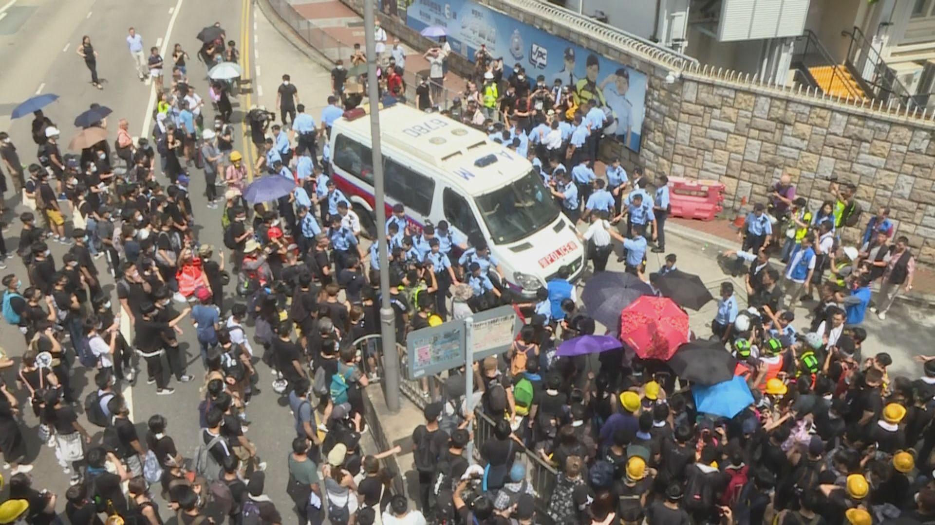 警方一度在警總後門舉起黃旗示警