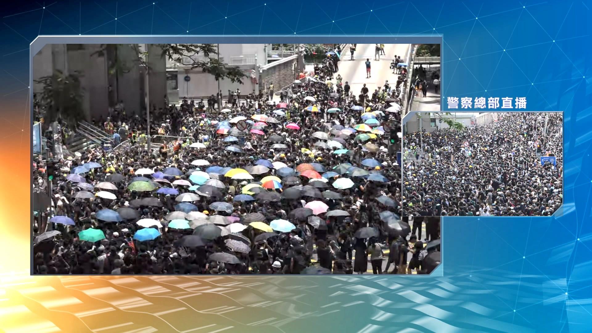 示威者包圍警察總部抗議要求與盧偉聰對話