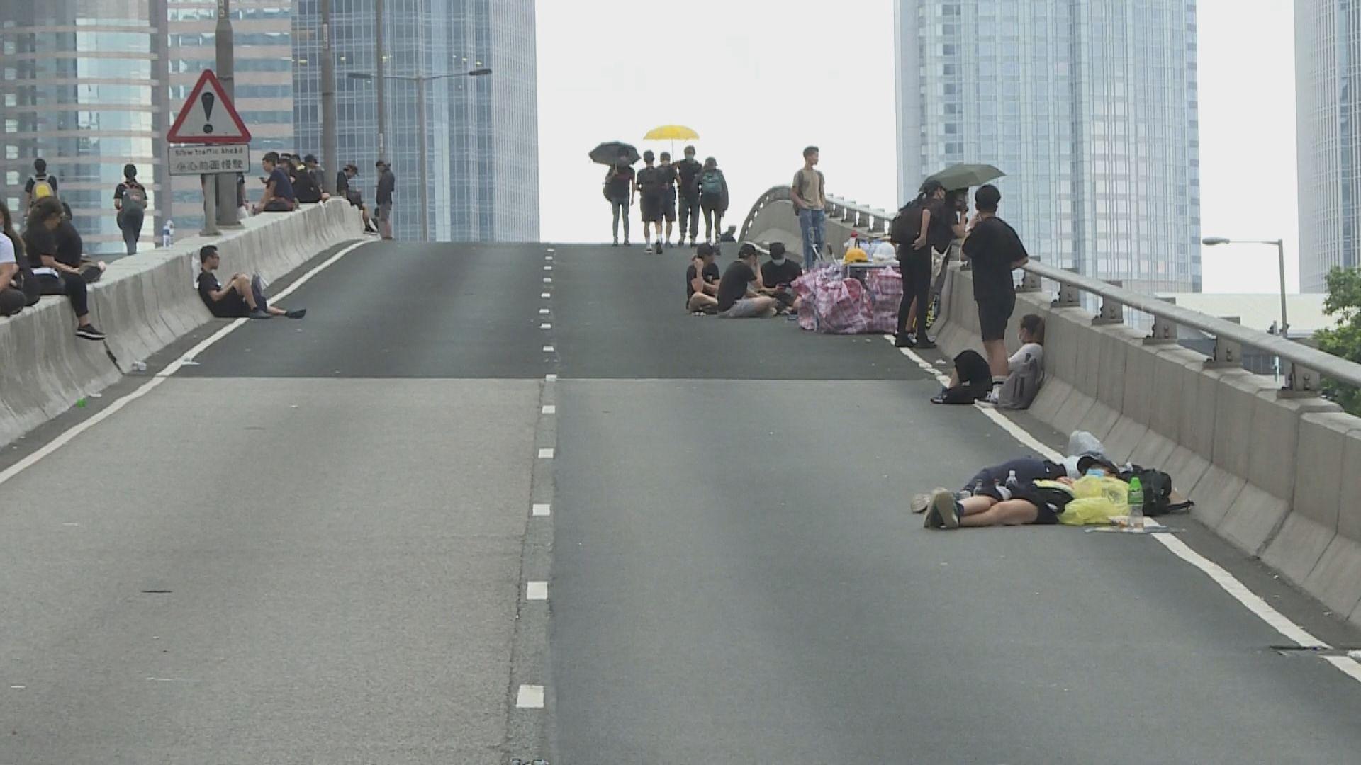部分示威者天光後仍佔據龍和道及夏慤道