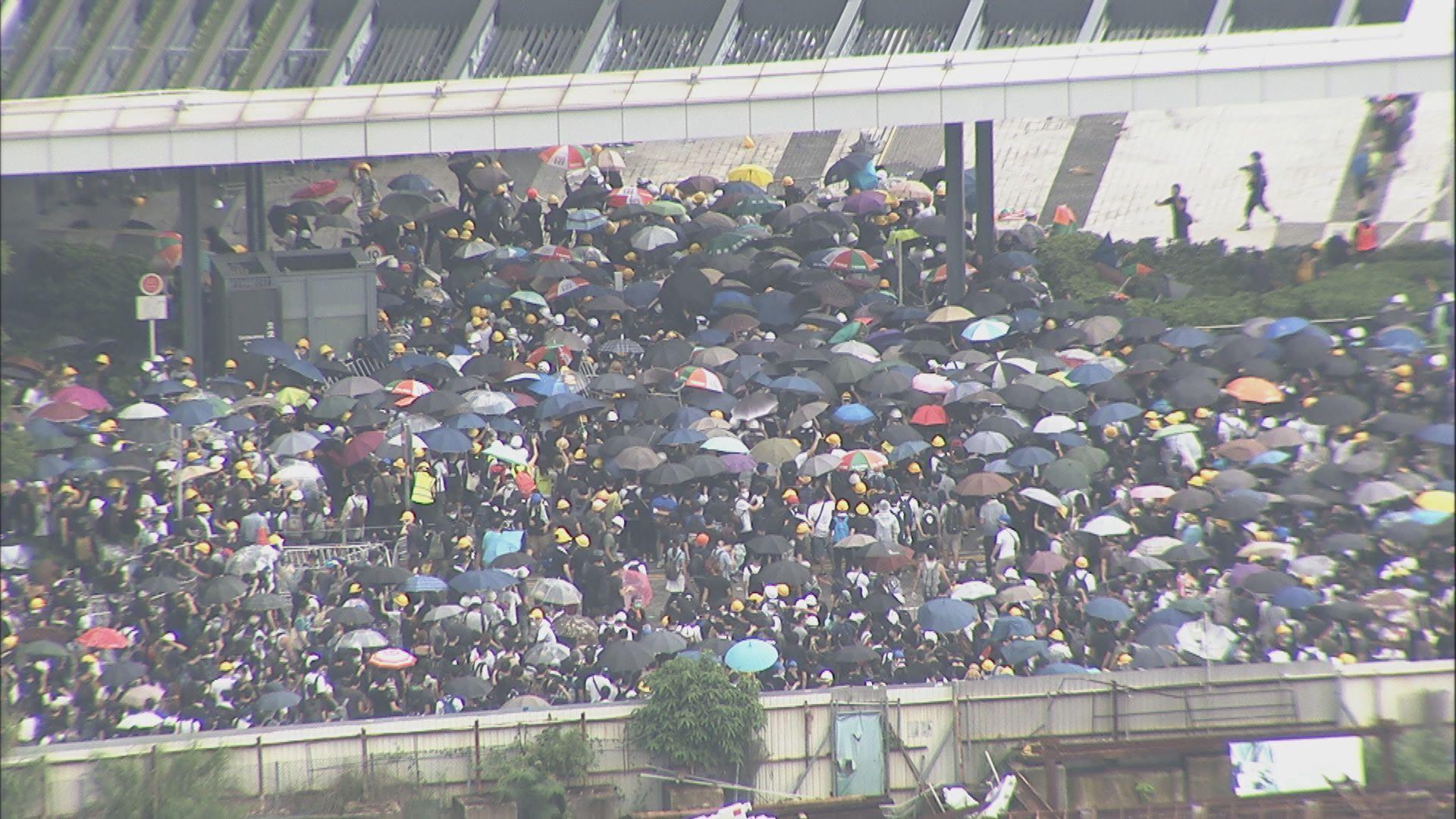 下午三時許示威者衝立法會與警爆衝突
