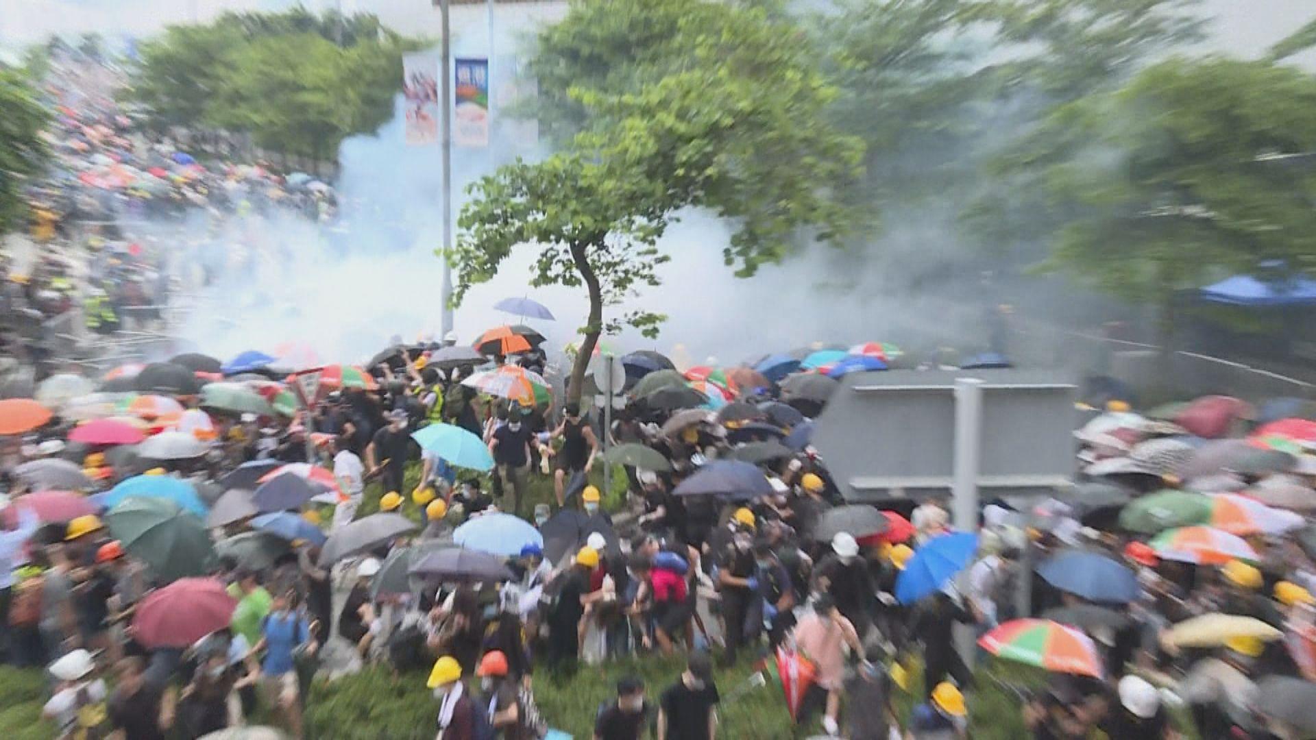 示威者與警方於添華道爆發衝突