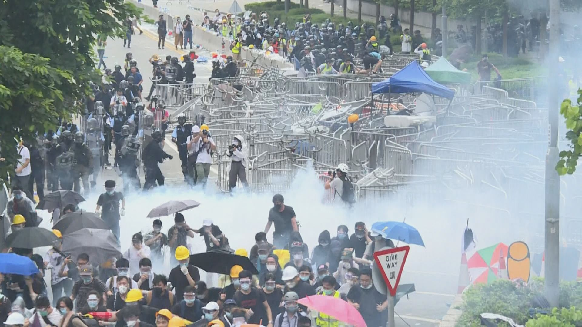 警方在添華道及夏愨道多次施放催淚彈
