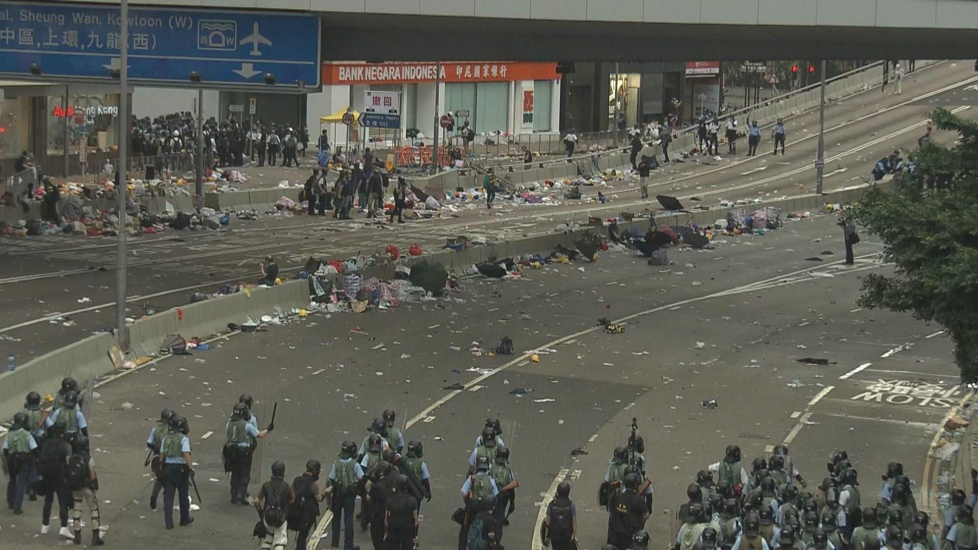 示威者向中環方向及金鐘內街撤退