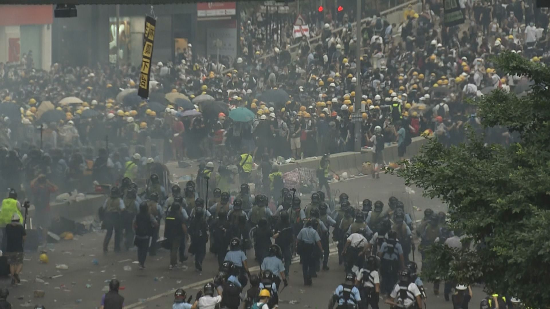 示威者向中環及金鐘內街撤退