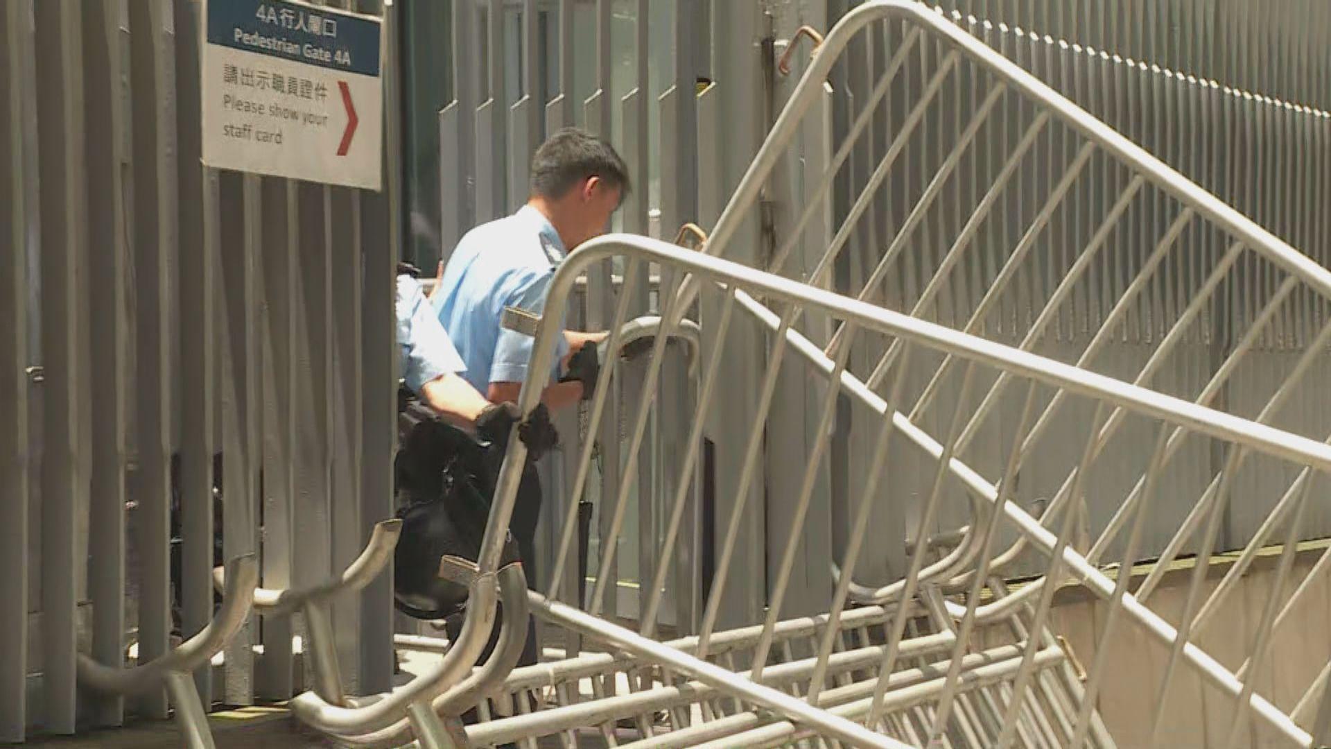 示威者用鐵馬堵塞政總西翼對出一段添華道