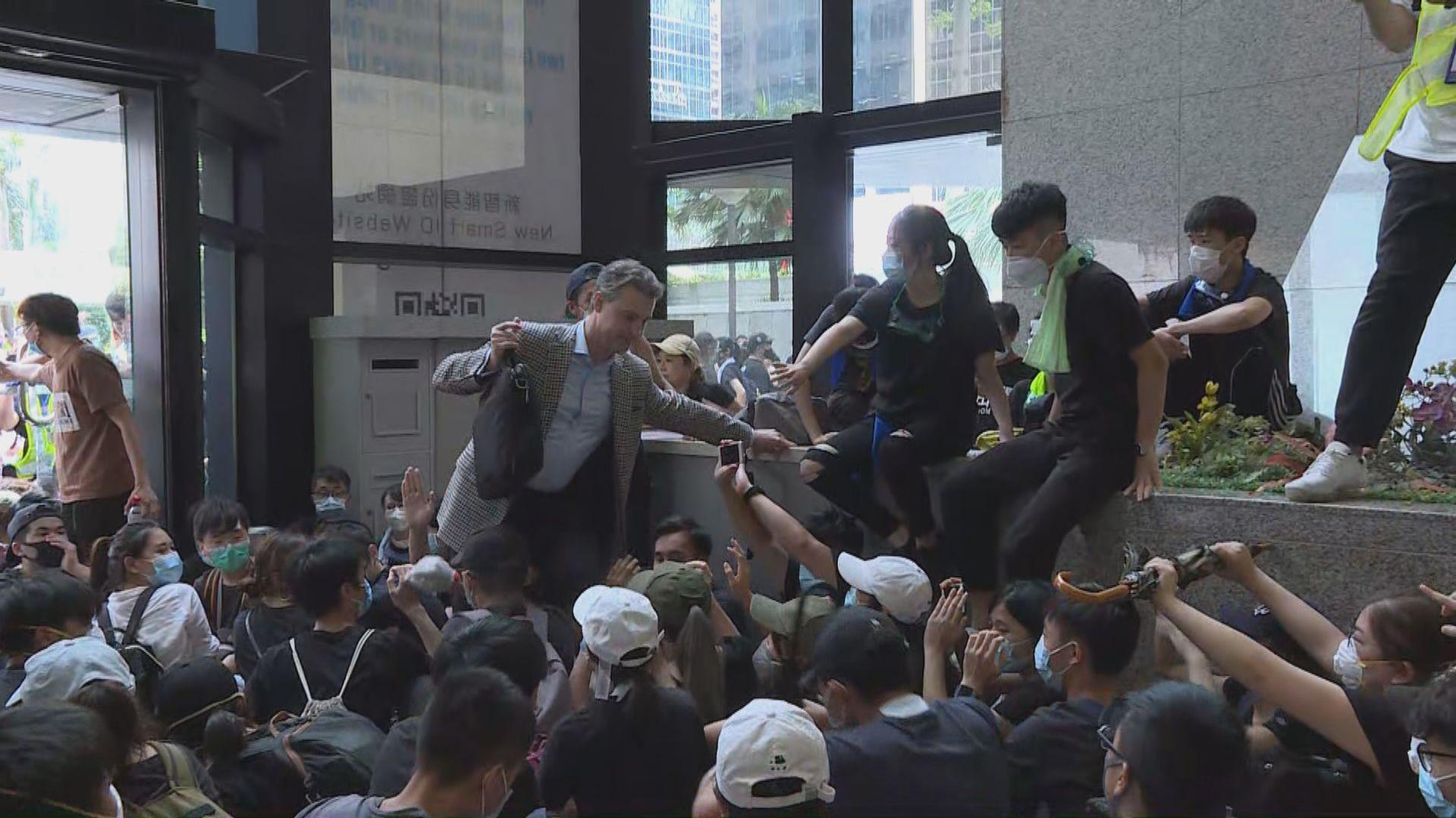 示威者佔據灣仔稅務大樓大堂