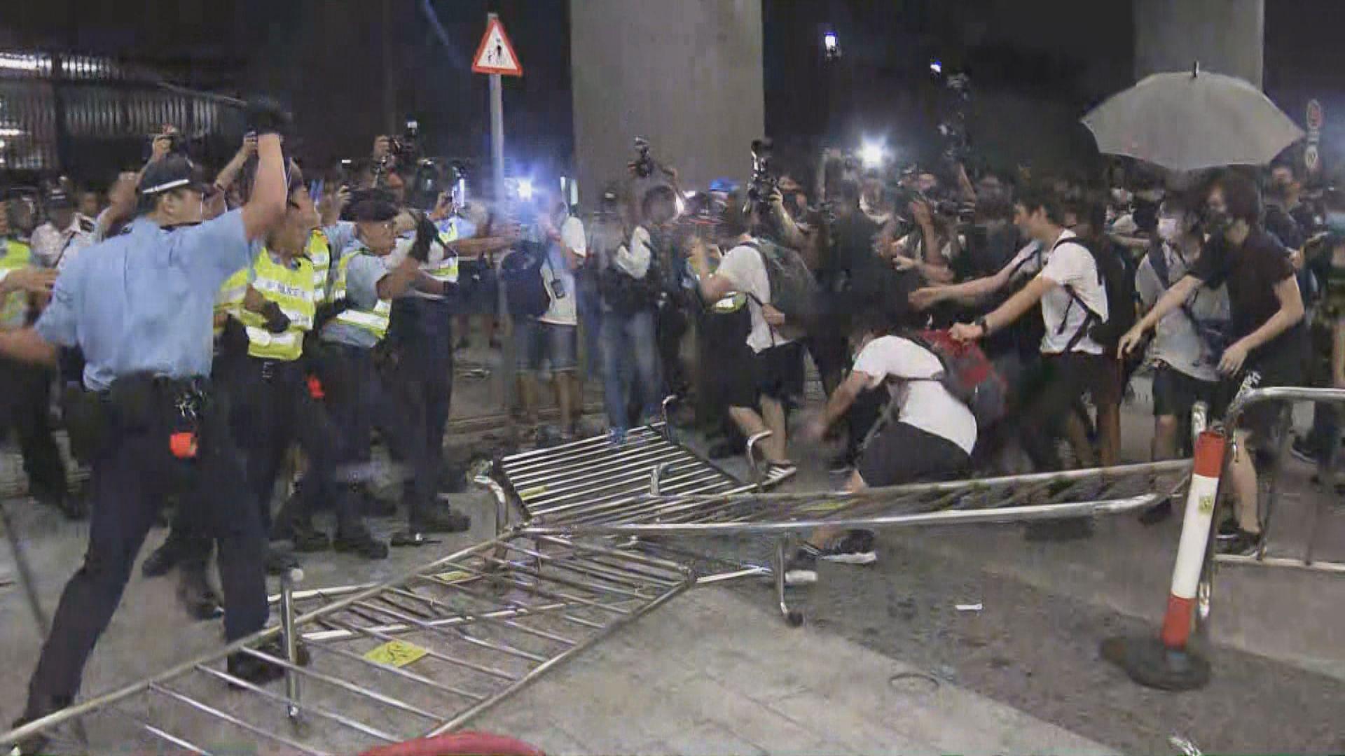 反修例遊行後有示威者衝擊立法會及堵路