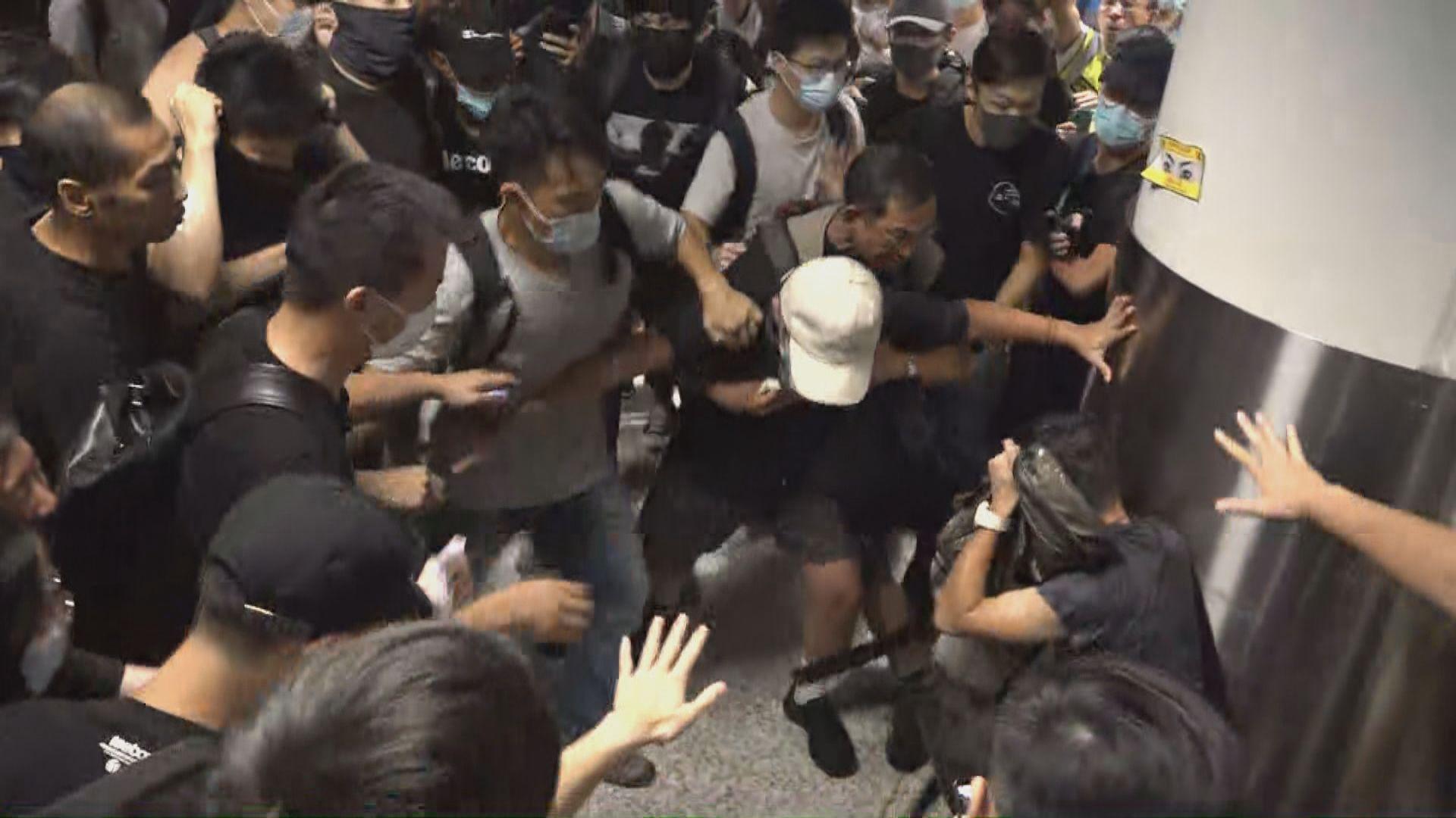 機場示威集會警方共拘七人