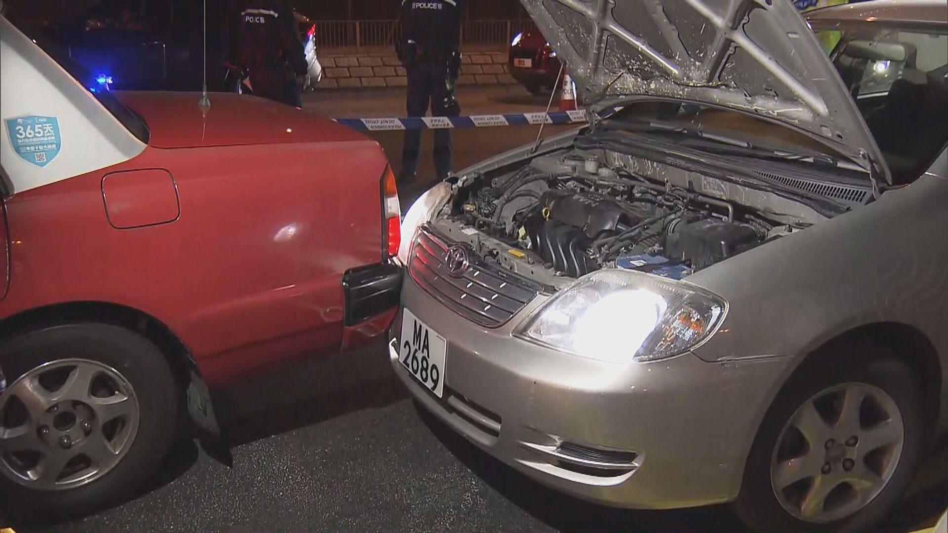 私家車屯門公路避警追截撞的士 警拔槍拘司機