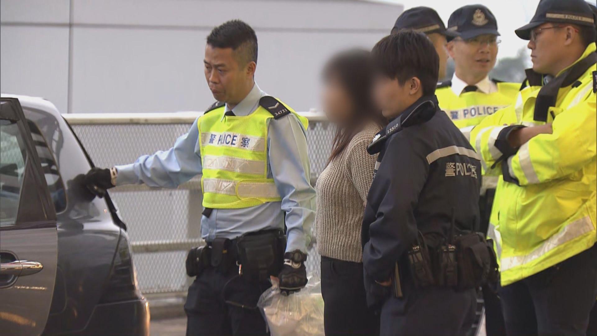 青衣私家車衝路障檢毒品 乘客被捕司機逃去