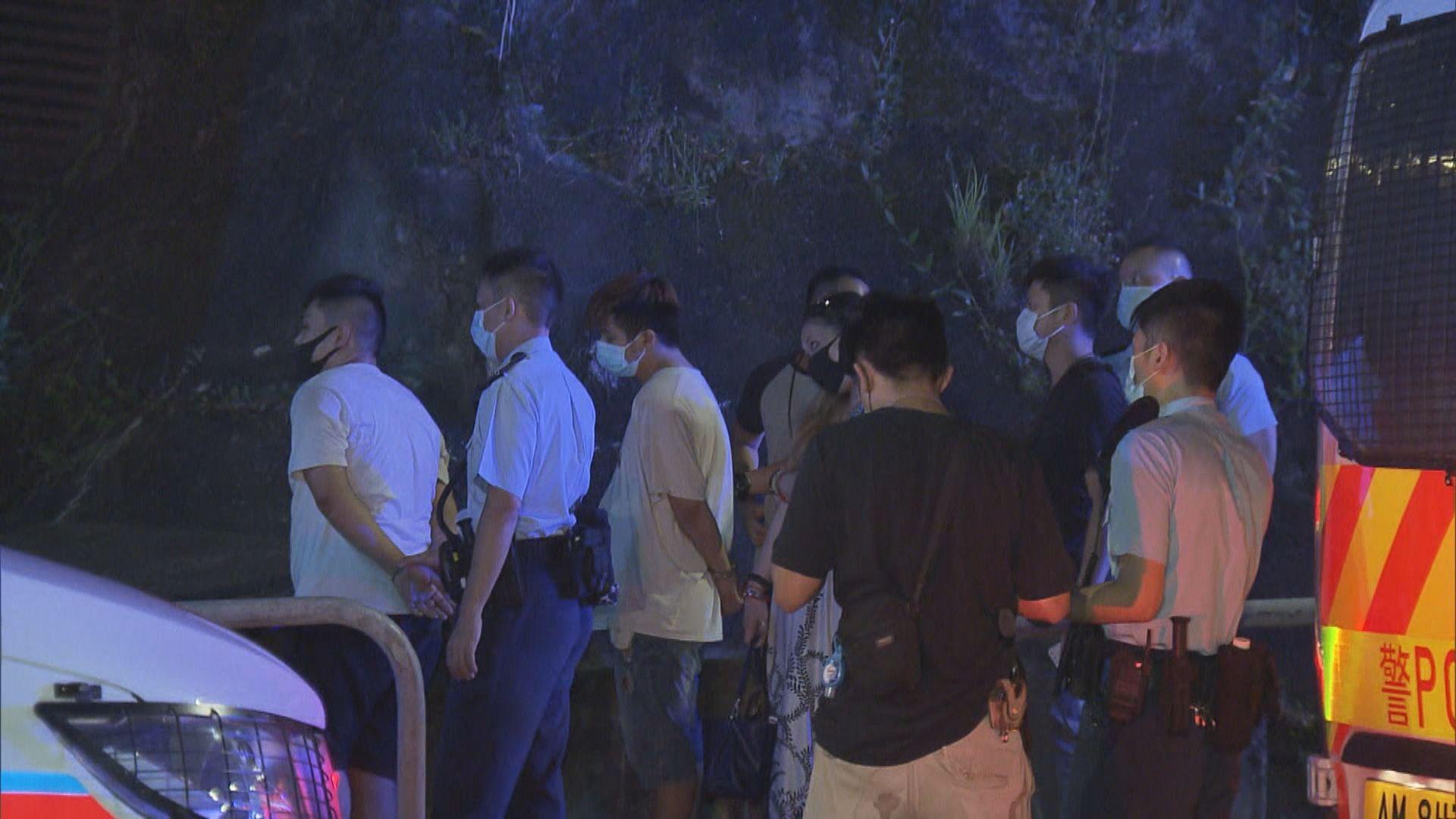 葵涌報失貨車避截撼警車 警拔槍拘三男女