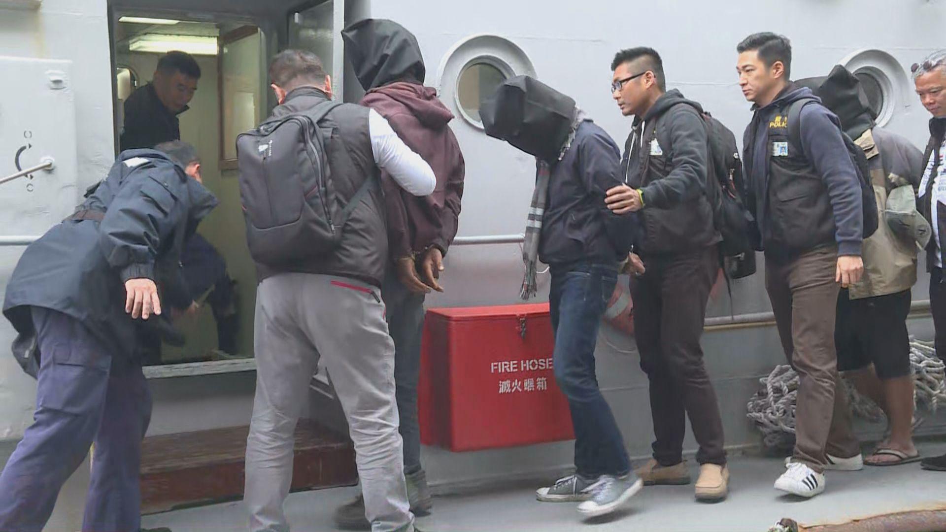 警方南丫島拘五男女檢毒品及武器